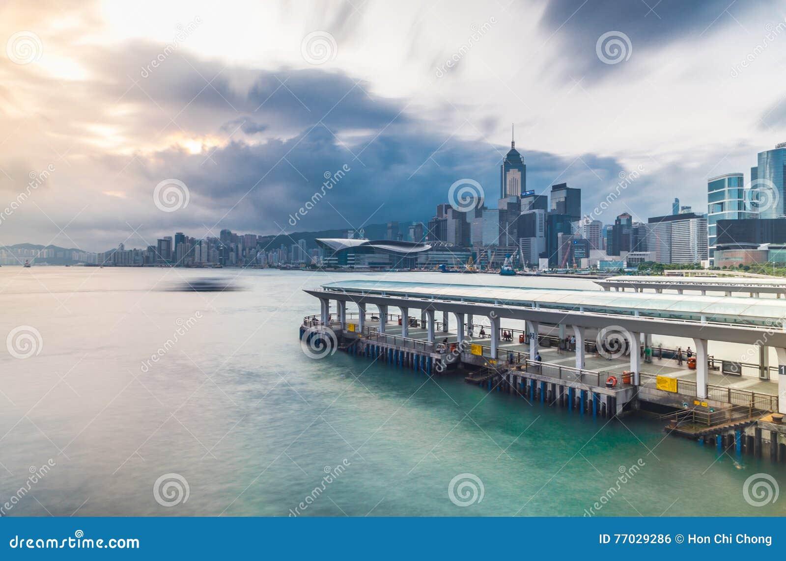 Victoria hamnsikt från Tsim Sha Tsui med pir, Hong Kong, Kina, Asien