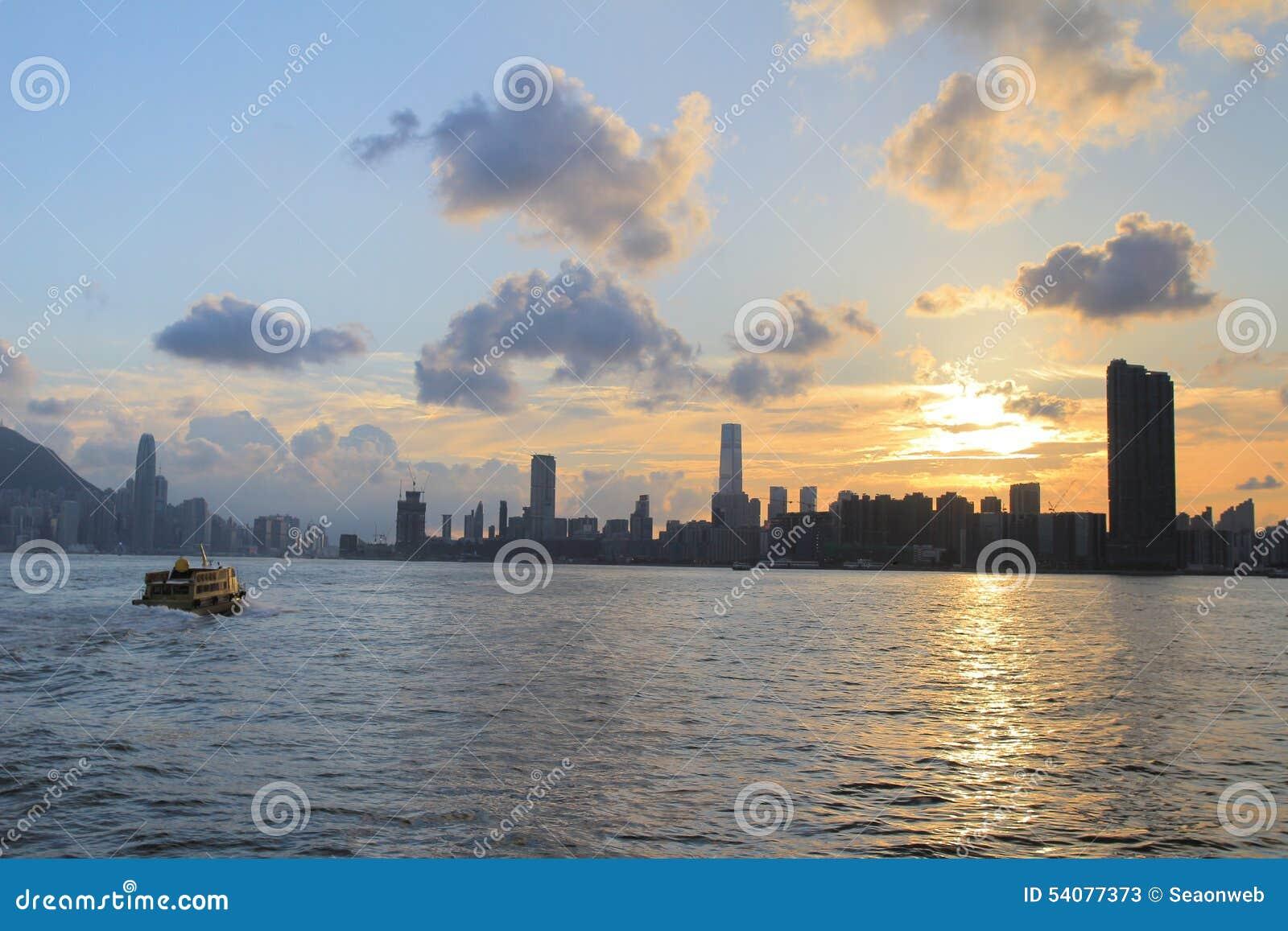 Victoria Harbor van Hong Kong bij zonsondergang