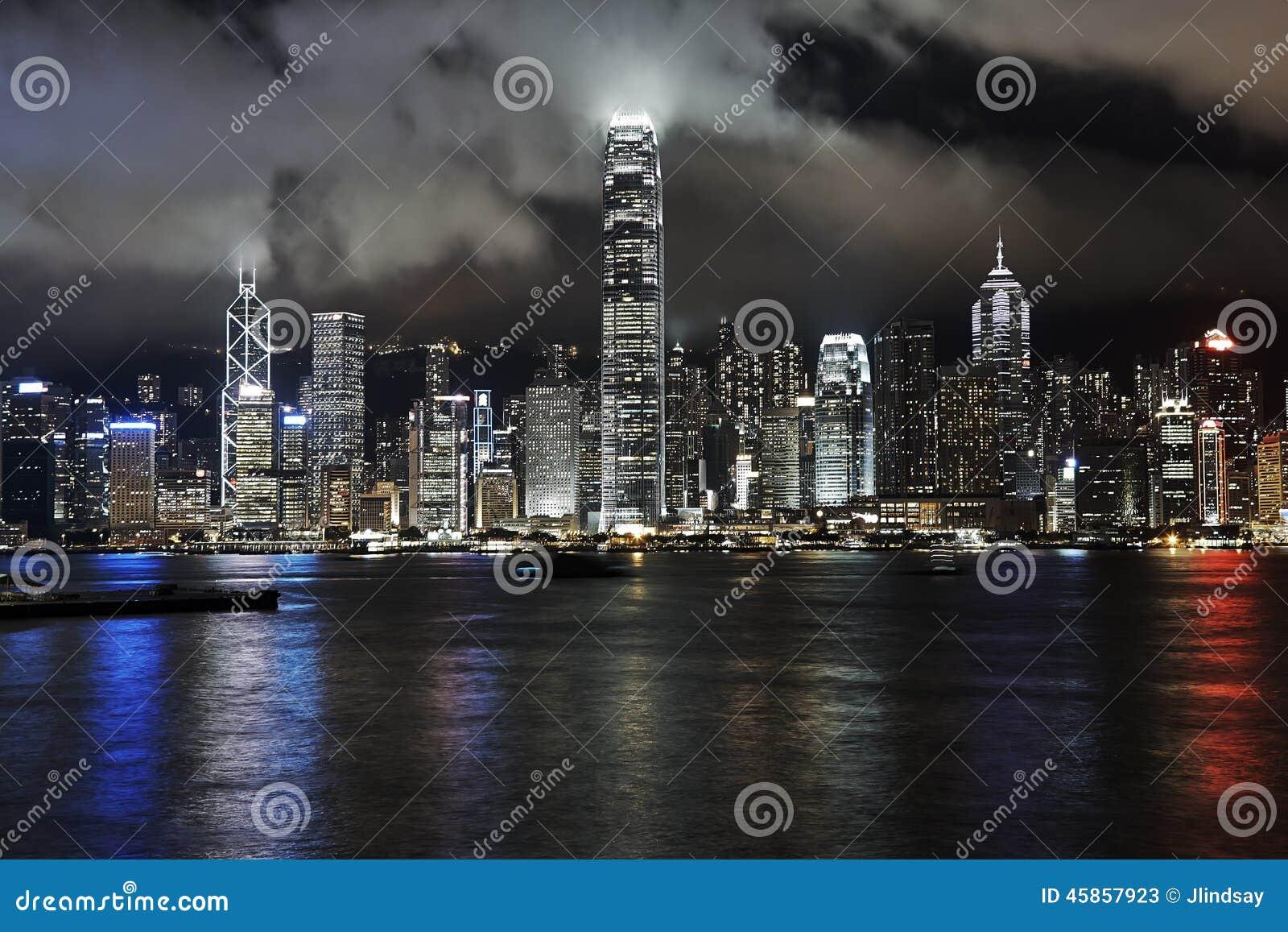 Victoria Harbour, Hong Kong, na noite com baixas nuvens