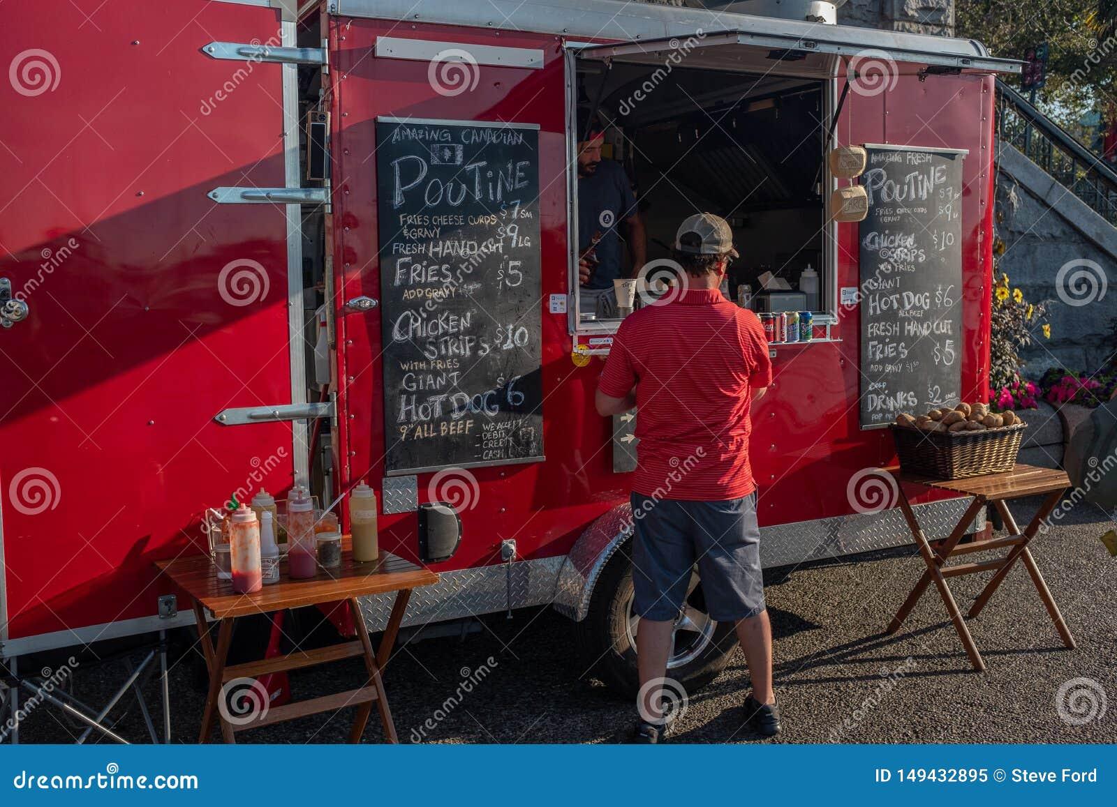 Victoria, isla de Vancouver, Columbia Británica, Canadá, julio, 8, 2019: Un hombre en una camisa roja que pide de una re parada d