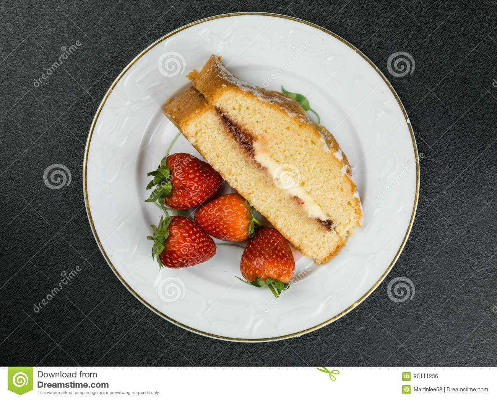 Victoria Sponge Cake With Strawberries cozida