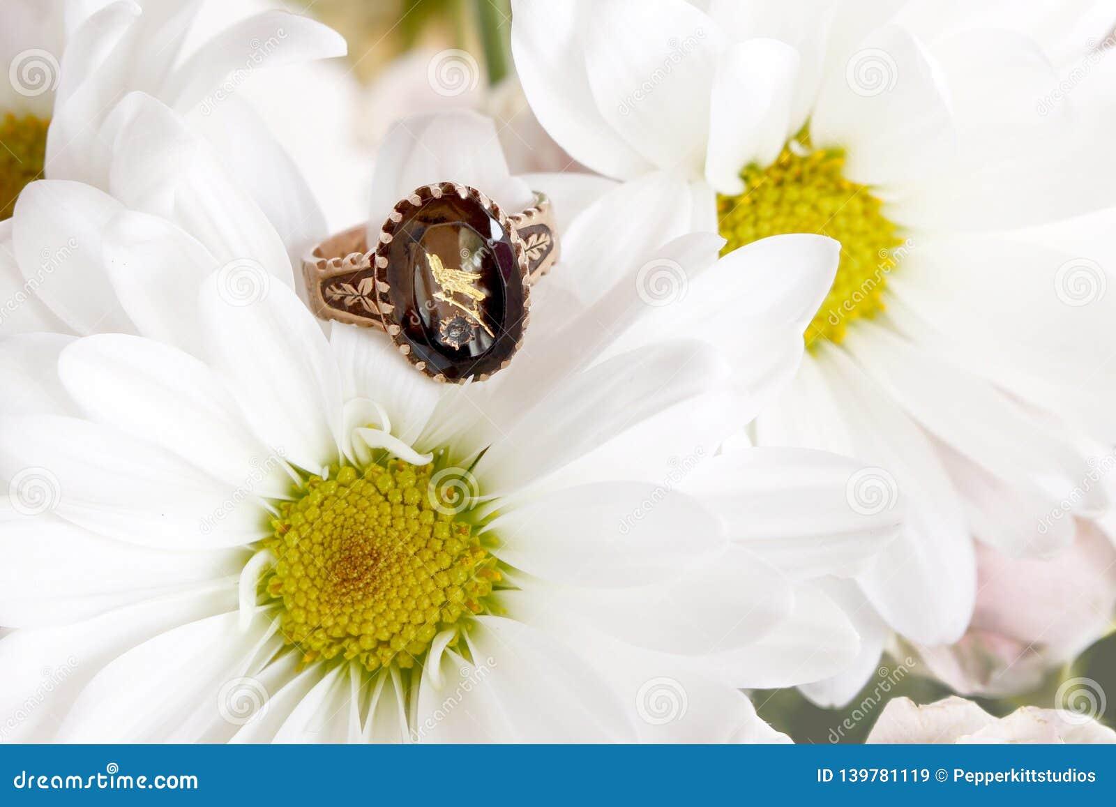 Victoriaans Amethist Rose Gold Ring met Geëtste Vogel op Daisy Mums