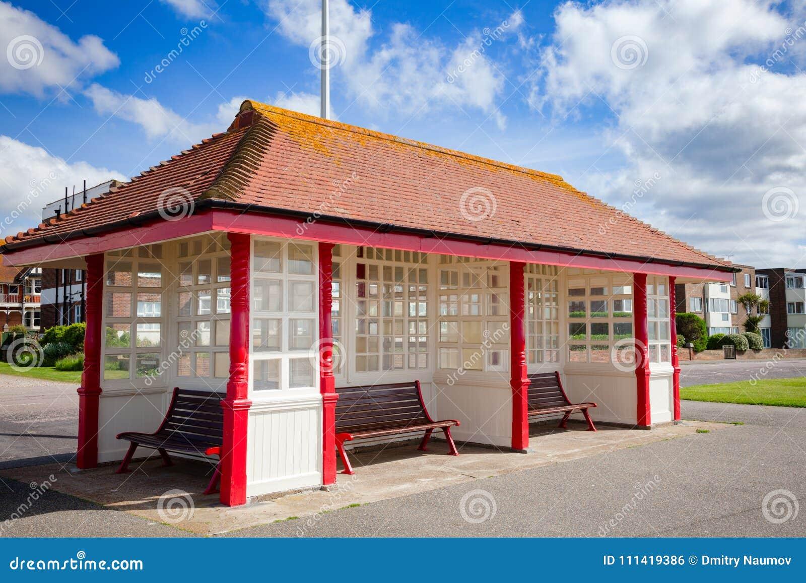 Victoriaanse strandboulevardschuilplaats in Bexhill-Zuidoosten Eng het Oost- van Sussex