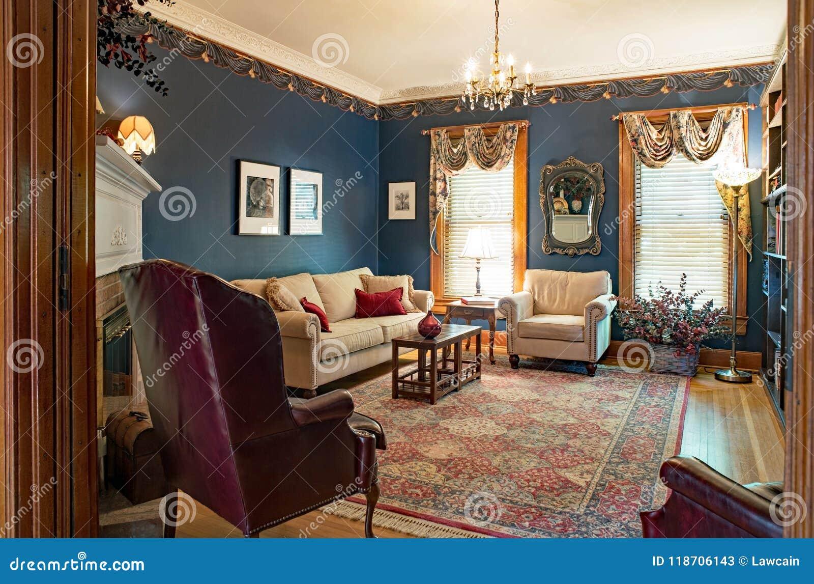victoriaanse woonkamer met blauwe muren