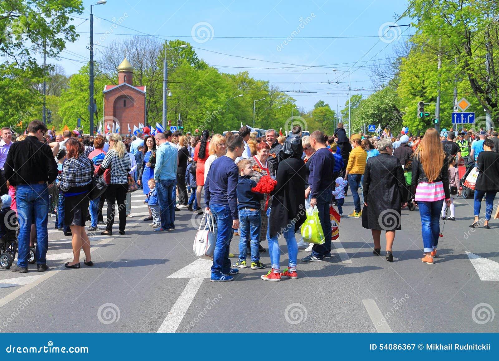 Victory Day - mensen bij de kruising van Gornaya-Straat en Gvardeysky-Weg