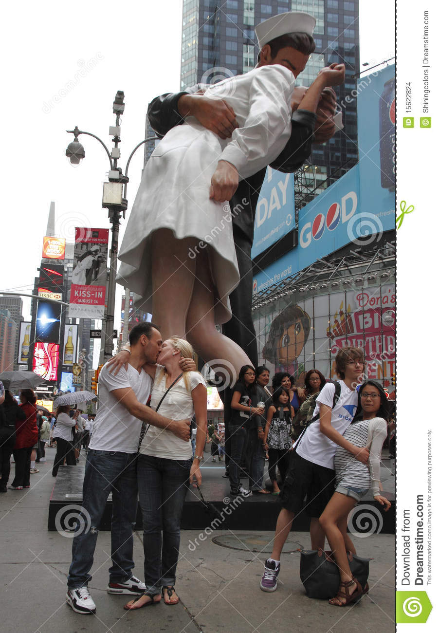 victory kiss statue in times square editorial stock image image of
