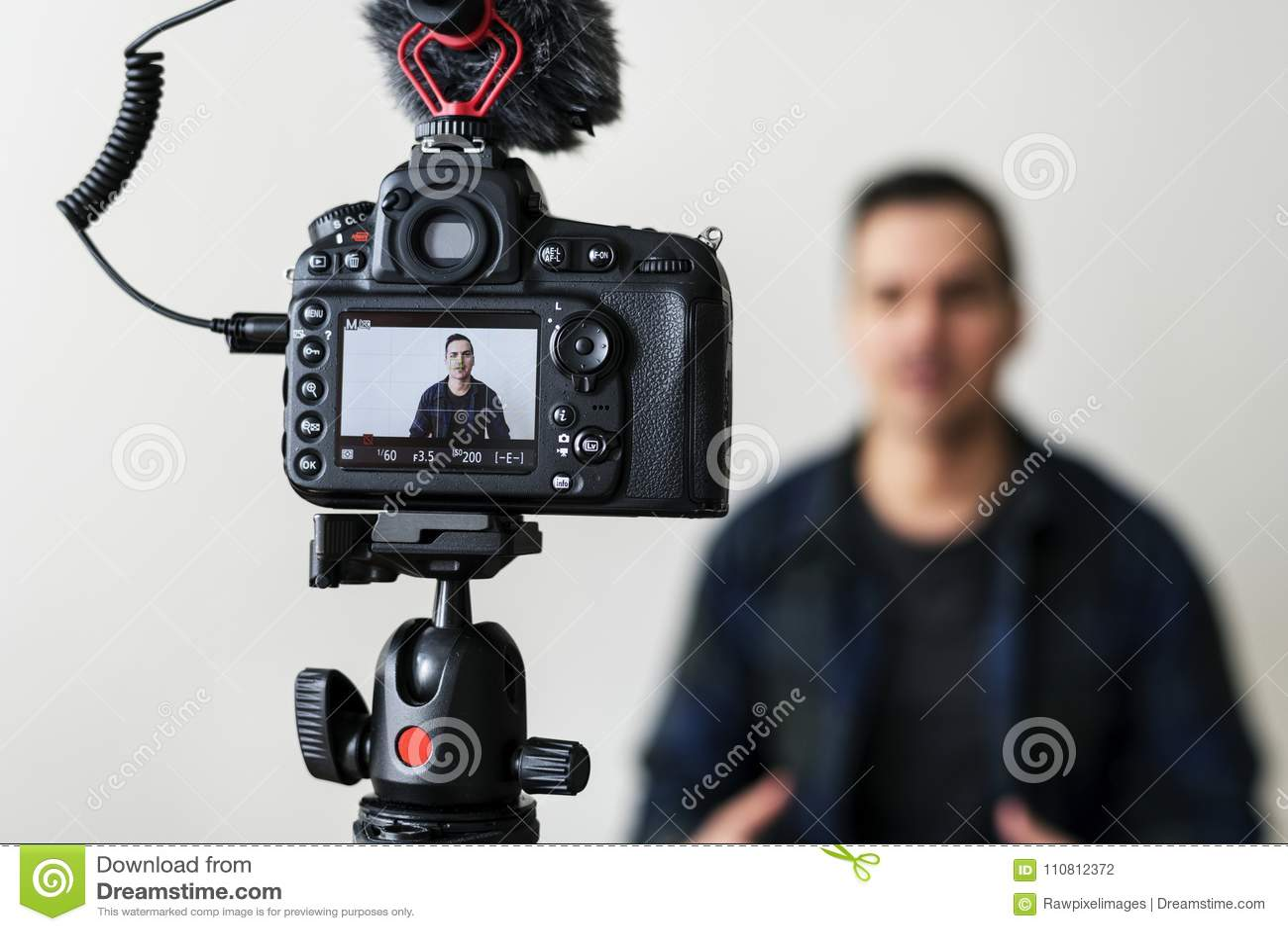 Vidéo blanche d enregistrement de blogger utilisant l appareil-photo