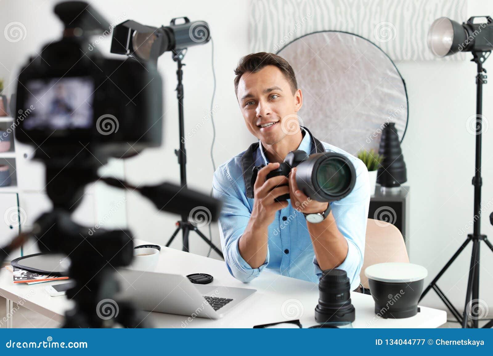 Vidéo de enregistrement de blogger masculin de photo sur la caméra