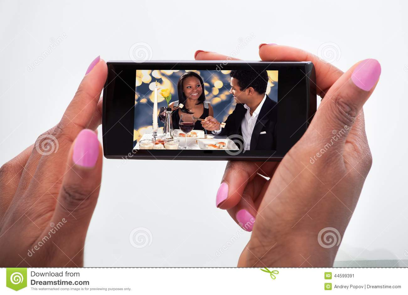 Vidéo de observation de femme au téléphone portable à la maison