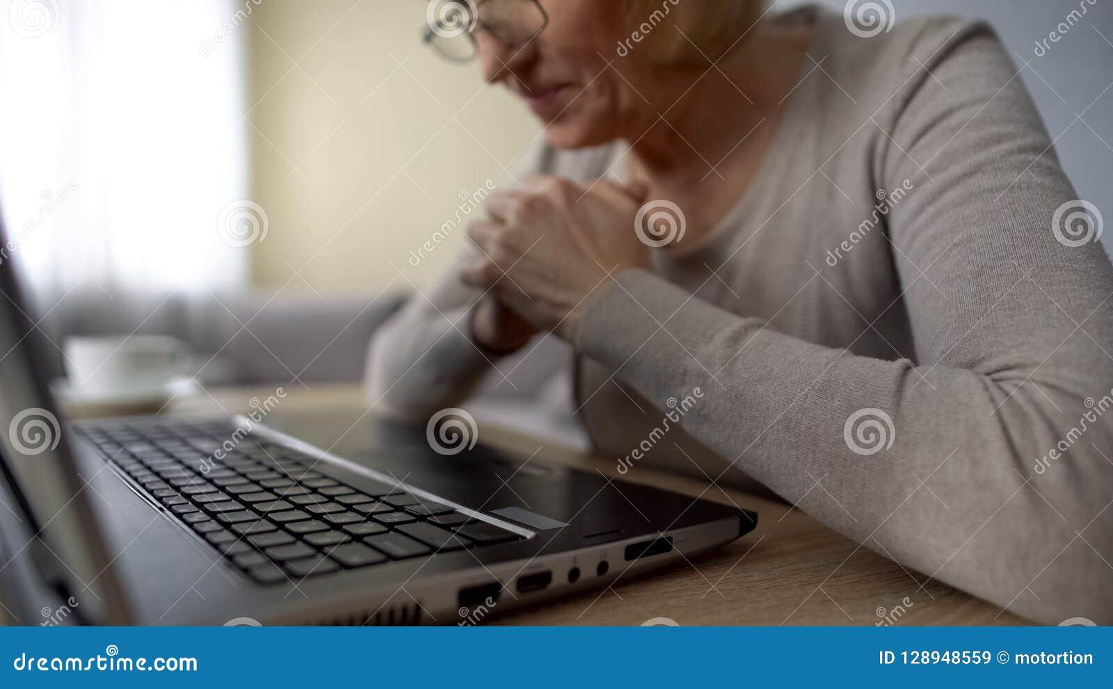 Vidéo de observation femelle retirée sur l ordinateur, ravi pour voir ses petits-enfants