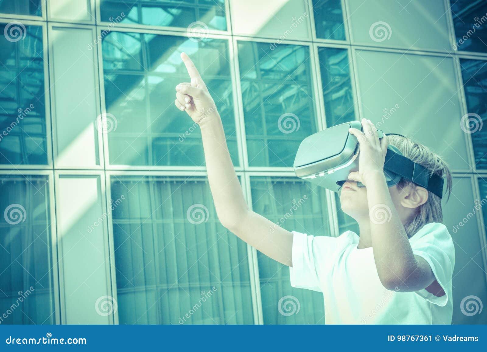 Vidéo jouante ou de observation d enfant avec des verres de réalité  virtuelle dans la ville 0bd94c936735