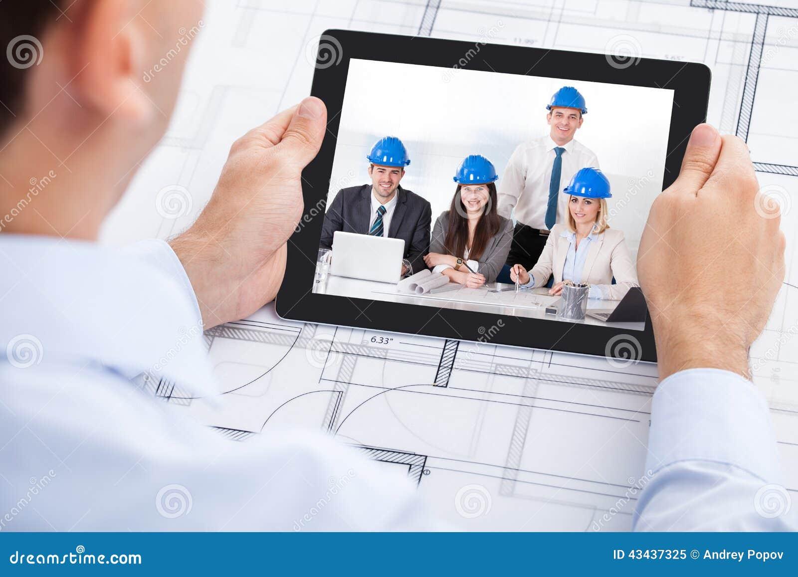 Vidéoconférence d architecte avec l équipe par la fouille