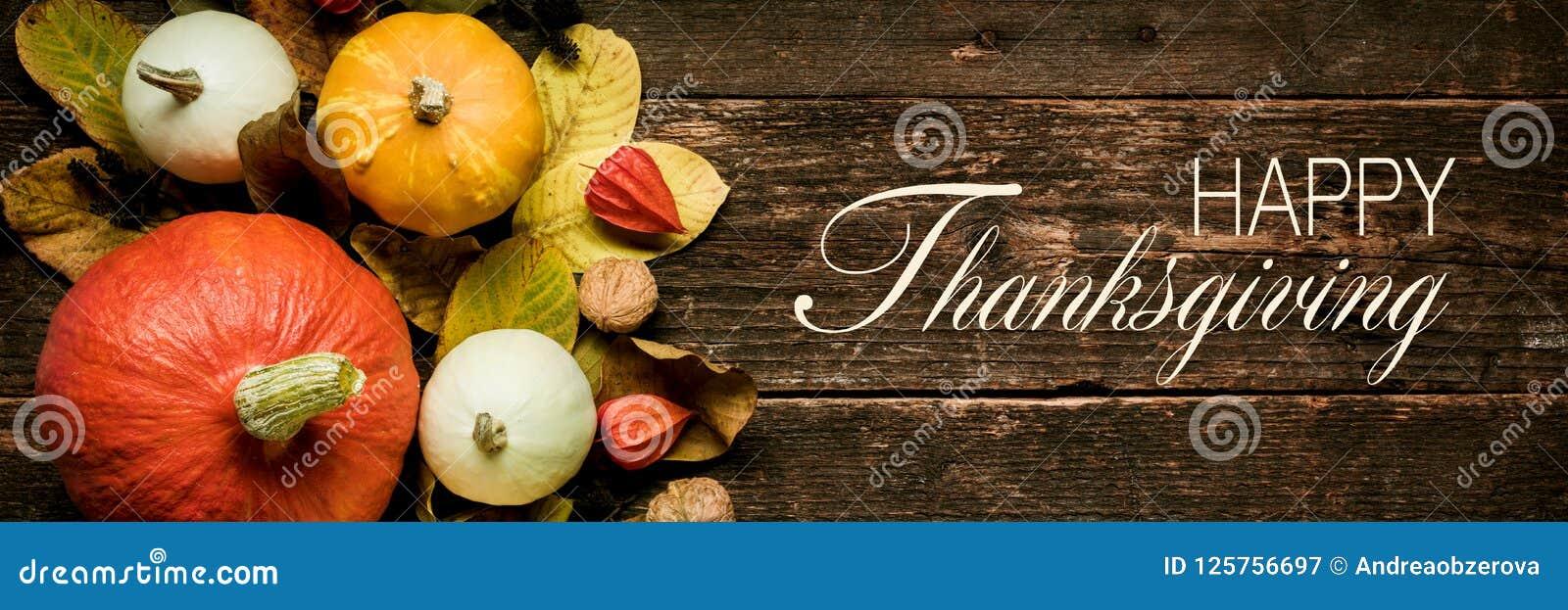 Vida de Autumn Harvest y todavía del día de fiesta Bandera thanksging feliz Selección de diversas calabazas en fondo de madera os