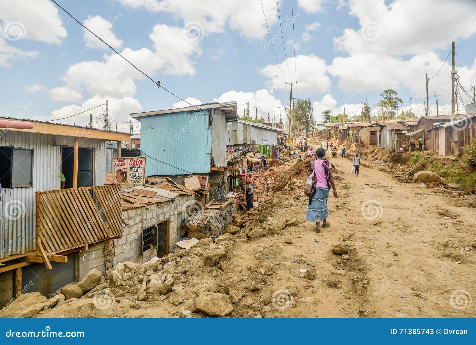 Vida de cada día de la población local de los tugurios de Kibera en Nairobi, Kenia