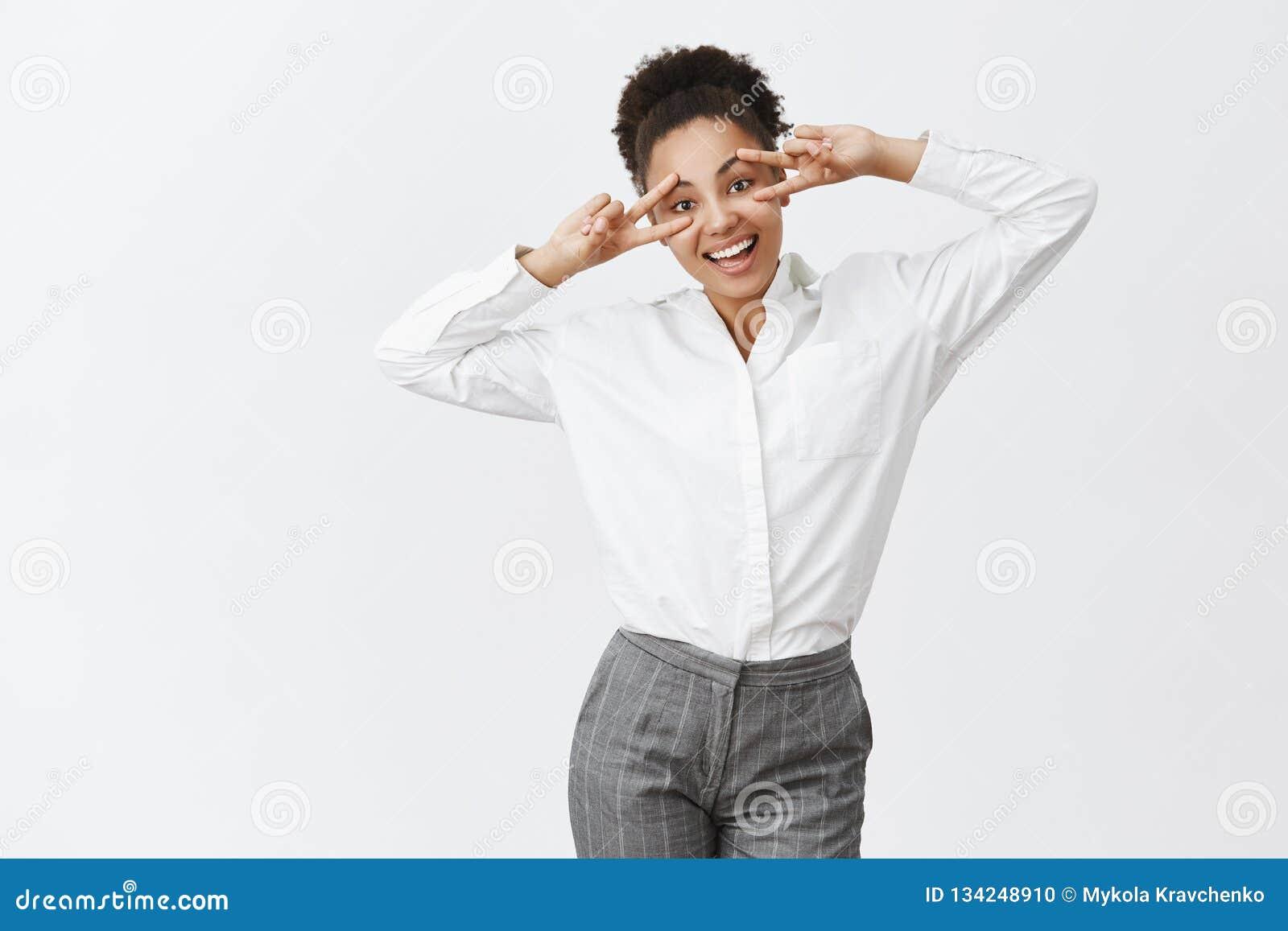 Vida de vida encantadora de la muchacha feliz al profesor particular de sexo femenino de piel morena lindo más lleno en el traje,