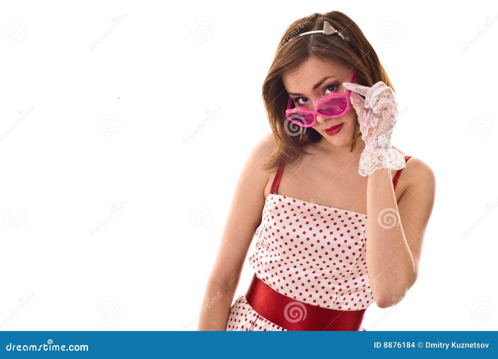 Vida em vidros cor-de-rosa. Mulher nova engraçada