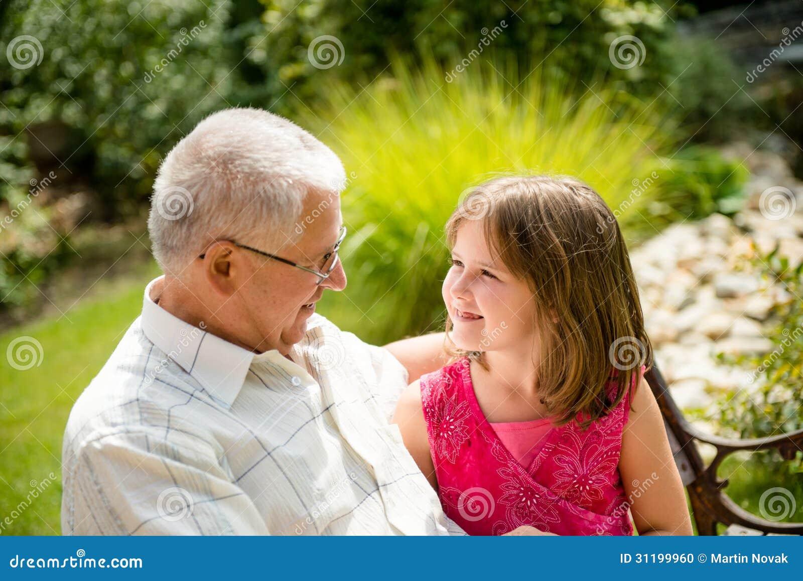 Abuelos Guarros vida feliz - abuelo con el nieto foto de archivo - imagen de