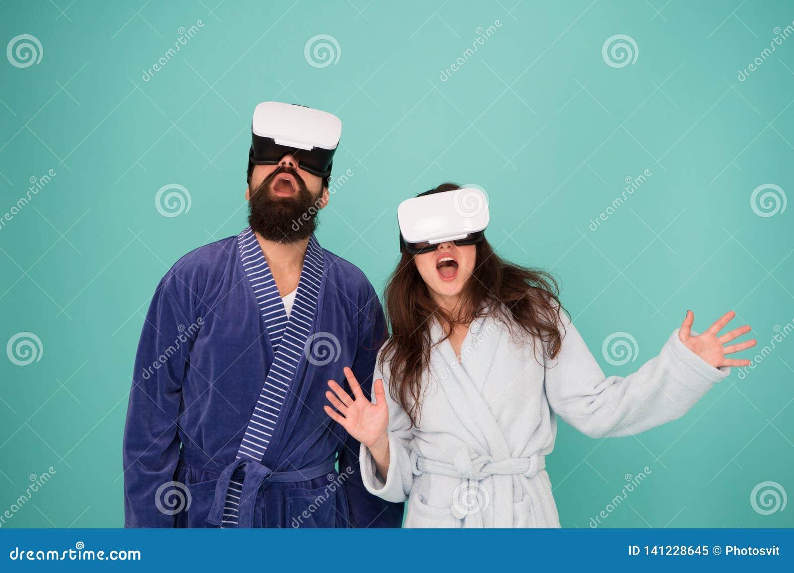 Vida futura Buenos días Pares en amor Familia Realidad virtual Amor Familia feliz en vidrios del vr Hombre barbudo y