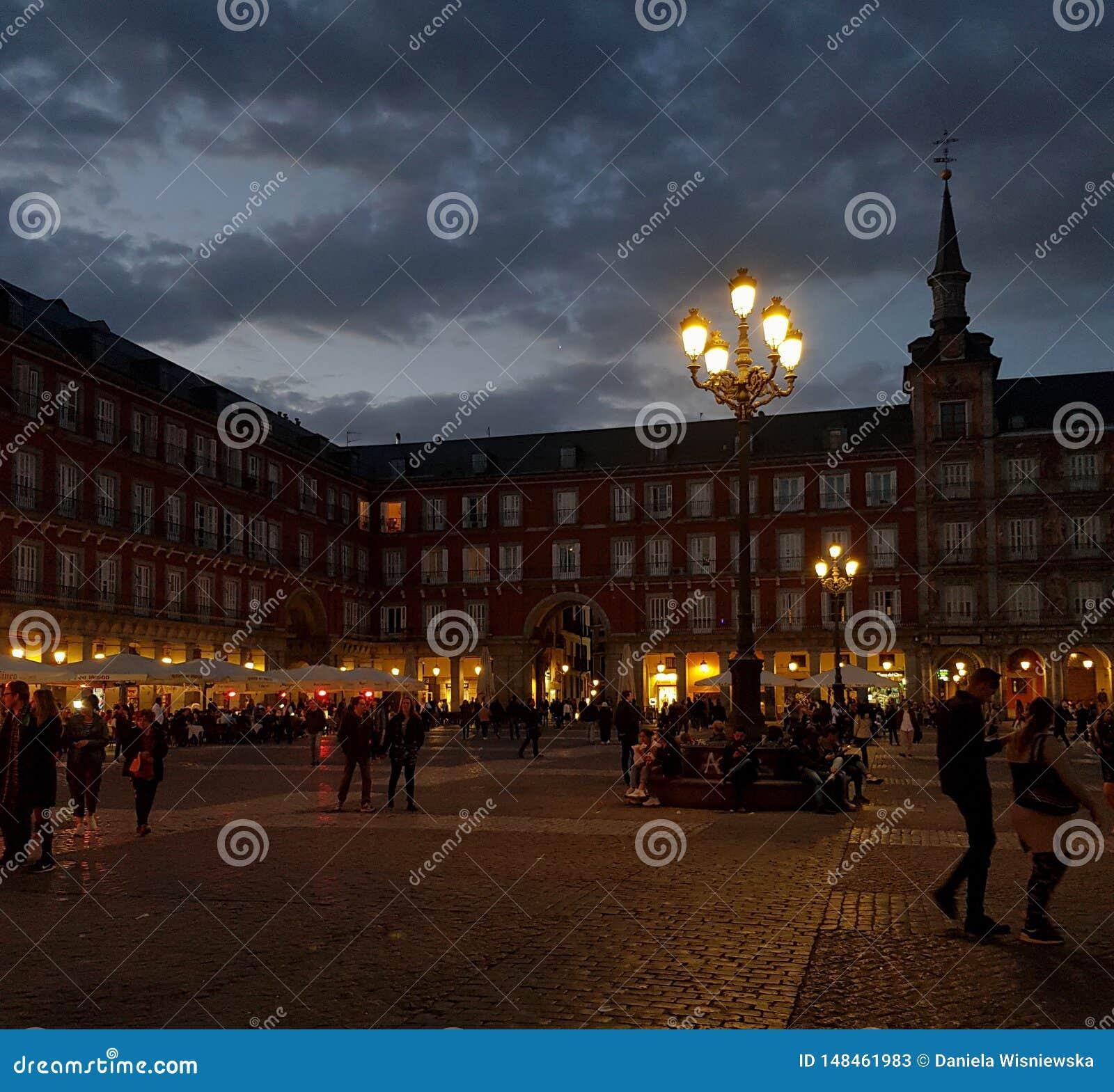 Vida nocturna en el alcalde de la plaza en Madrid