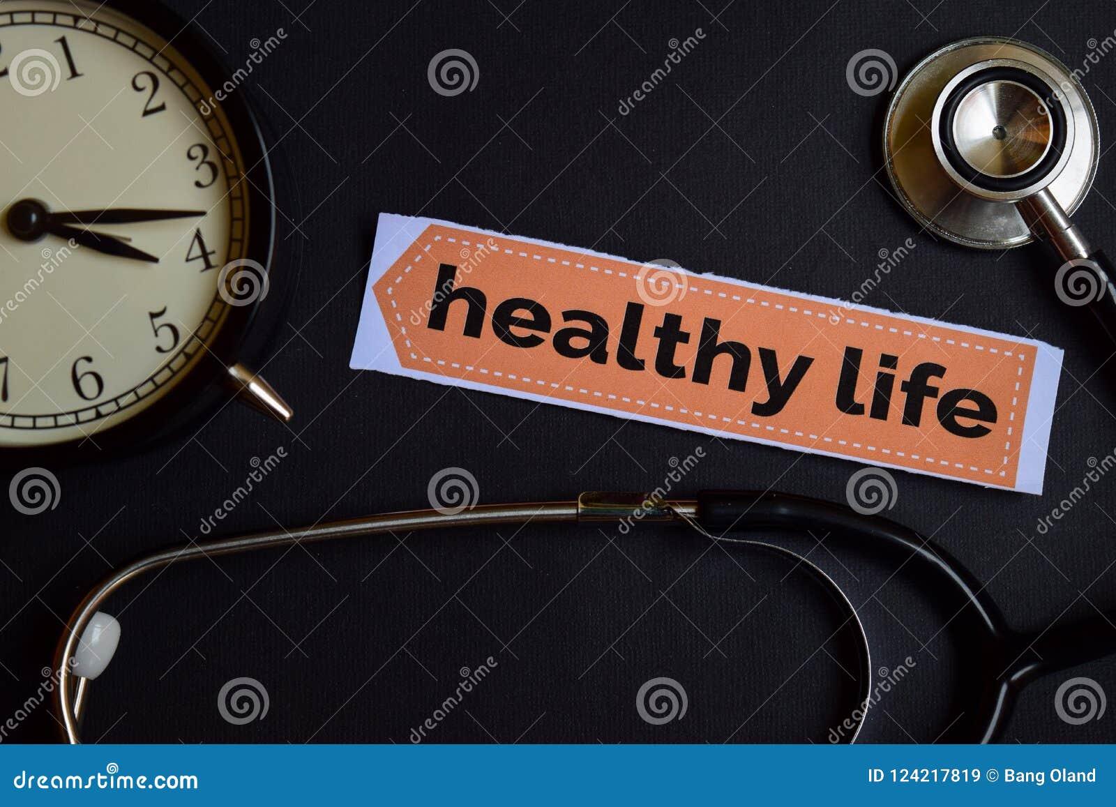 Vida saudável no papel da cópia com inspiração do conceito dos cuidados médicos despertador, estetoscópio preto