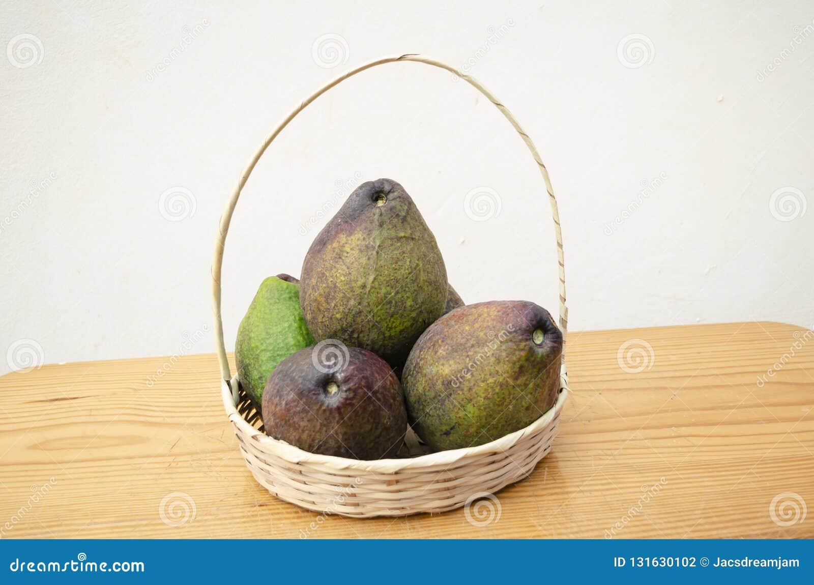 Vide- korg som fylls med avokadon