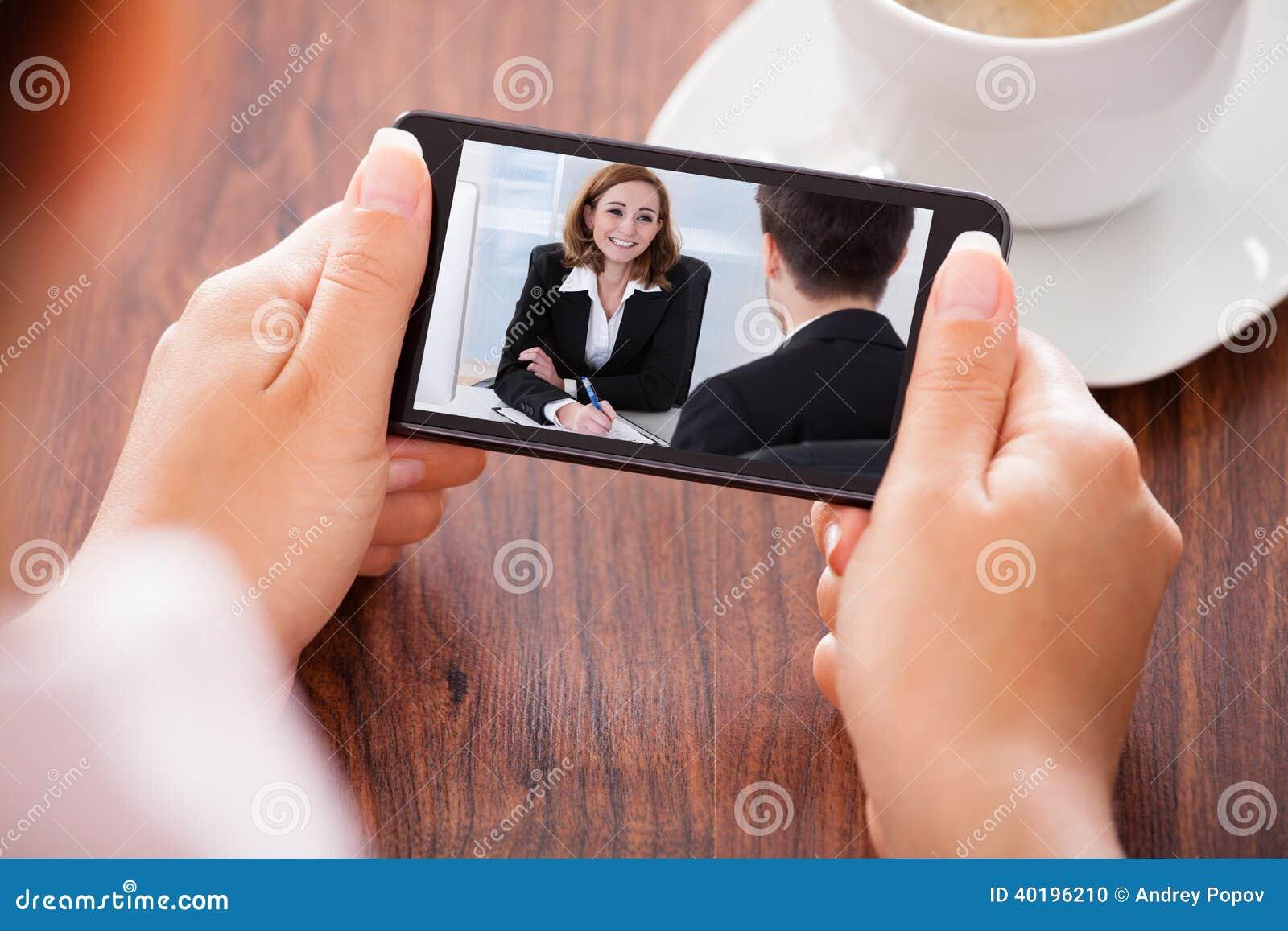 Video comunicazione della donna sul telefono cellulare