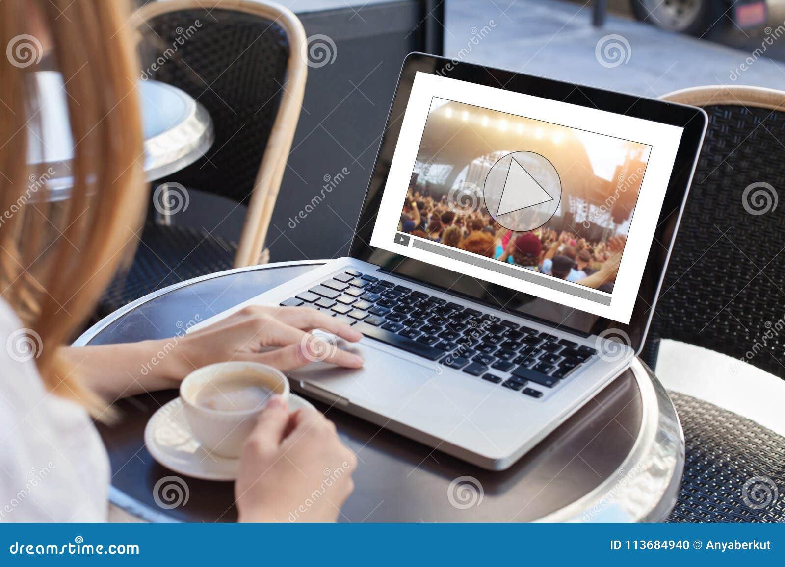 Video tryckning, online-konsert, kvinna som håller ögonen på gemet för levande musik på internet