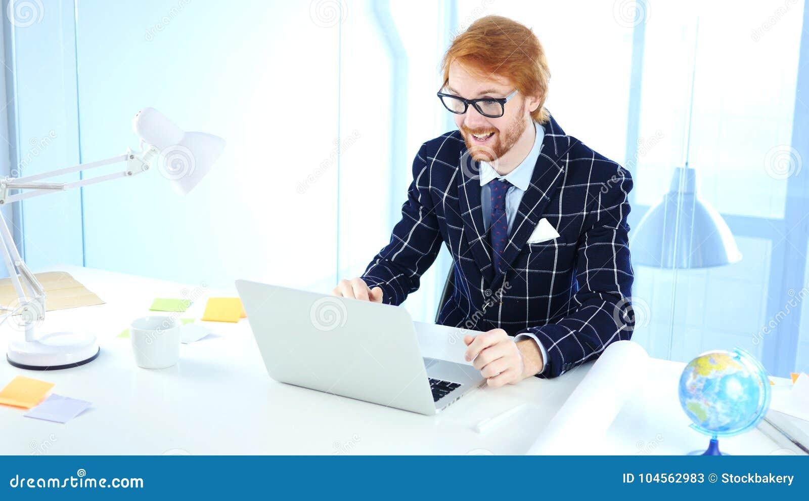 Video uomo di chiacchierata del webcam online che parla con il cliente, discussione, negoziato