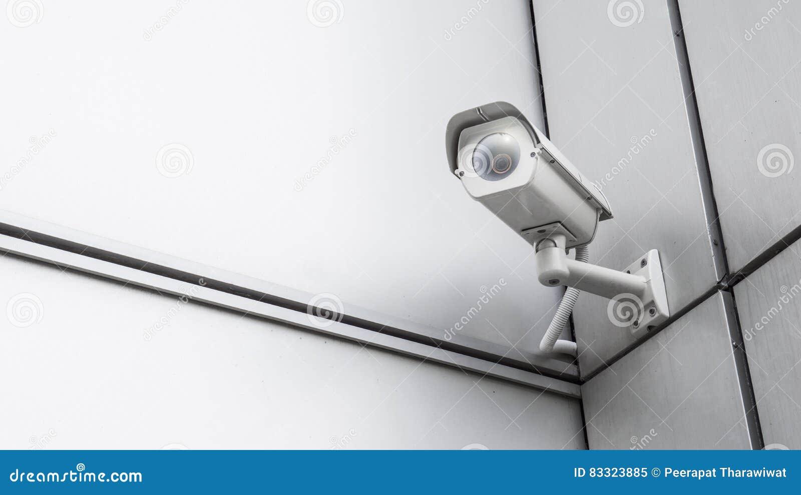 Videoausrüstung der CCTV-Überwachungsüberwachungskamera im Turmhaus und -Wohnungsbau auf Wand zur Sicherheitssystembereichssteuer