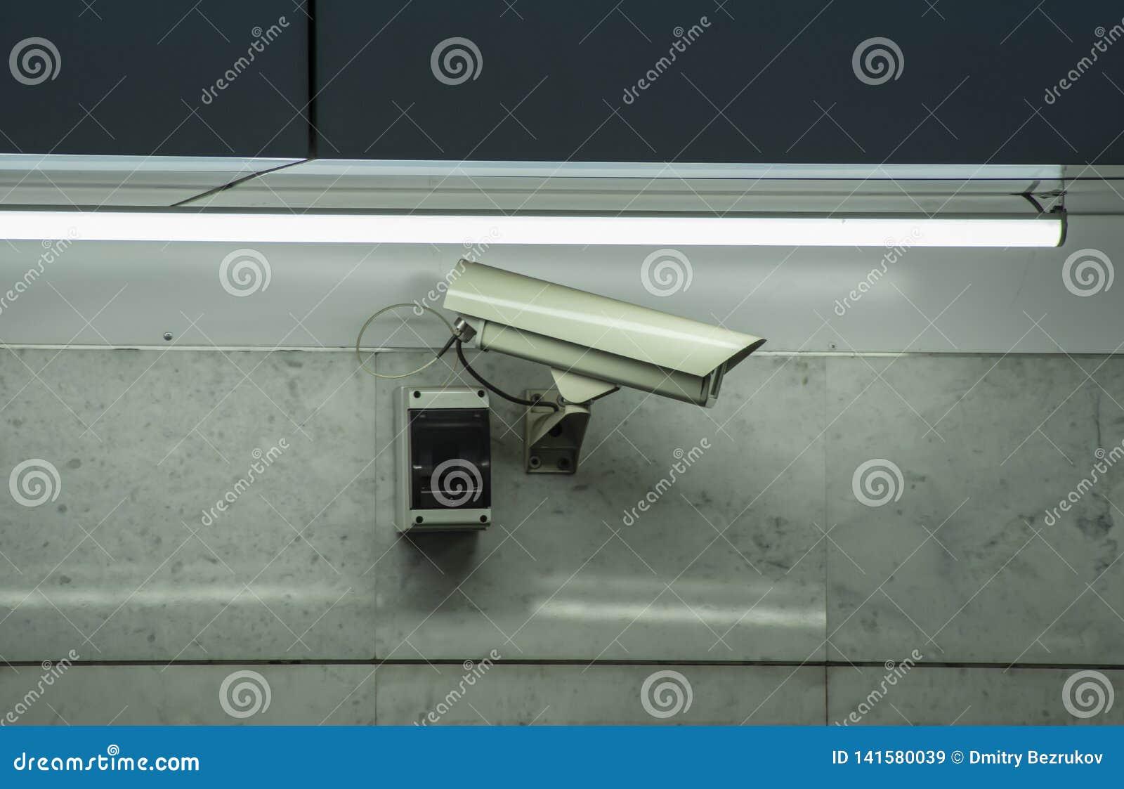 Videocamera di sicurezza del CCTV installata in aeroporto e sottopassaggio