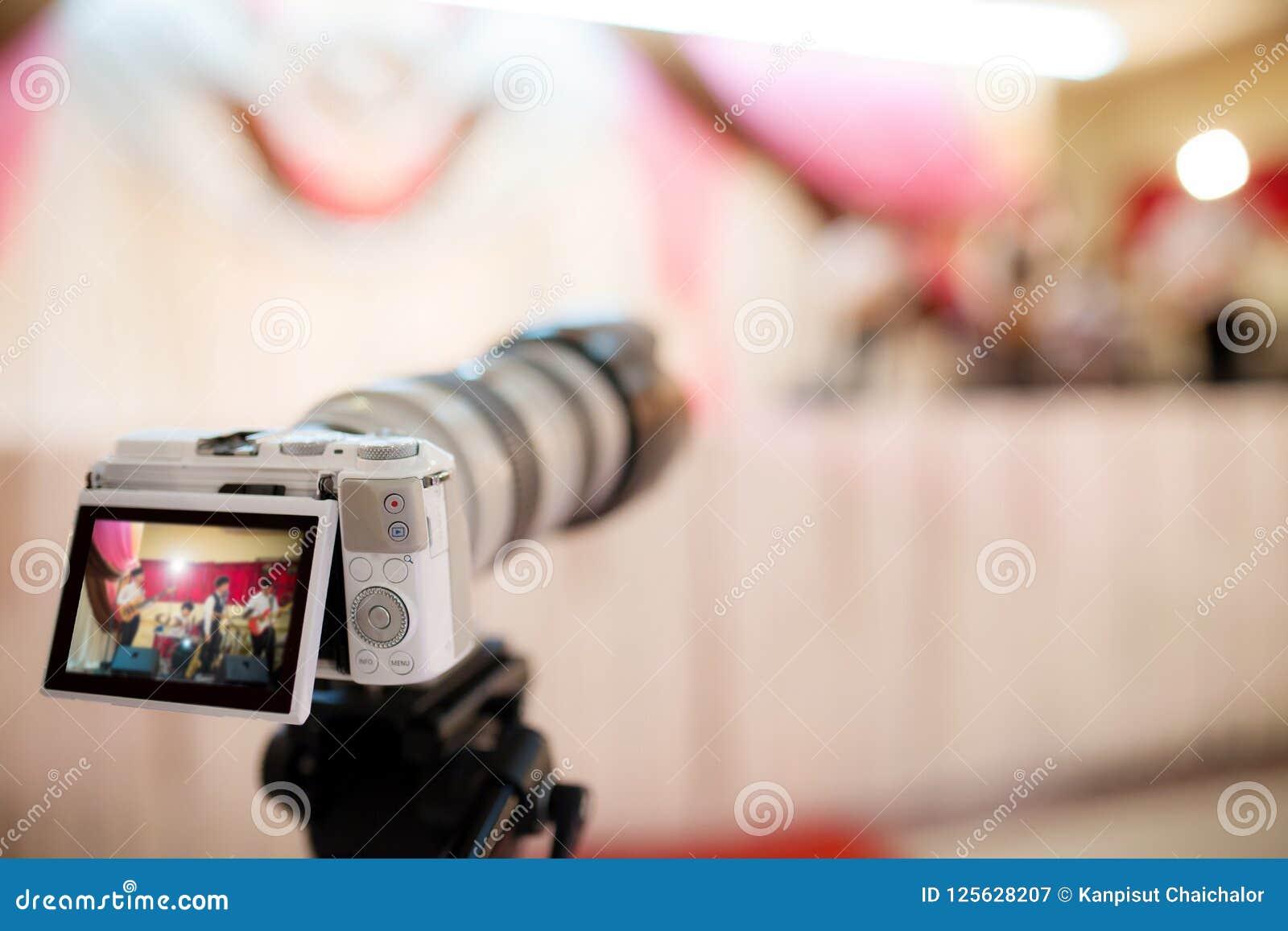 Videocamera die het grote ogenblik in huwelijksceremonie registreren