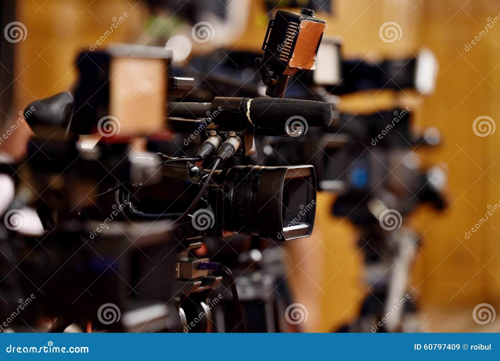 Videocamera s bij persconferentie