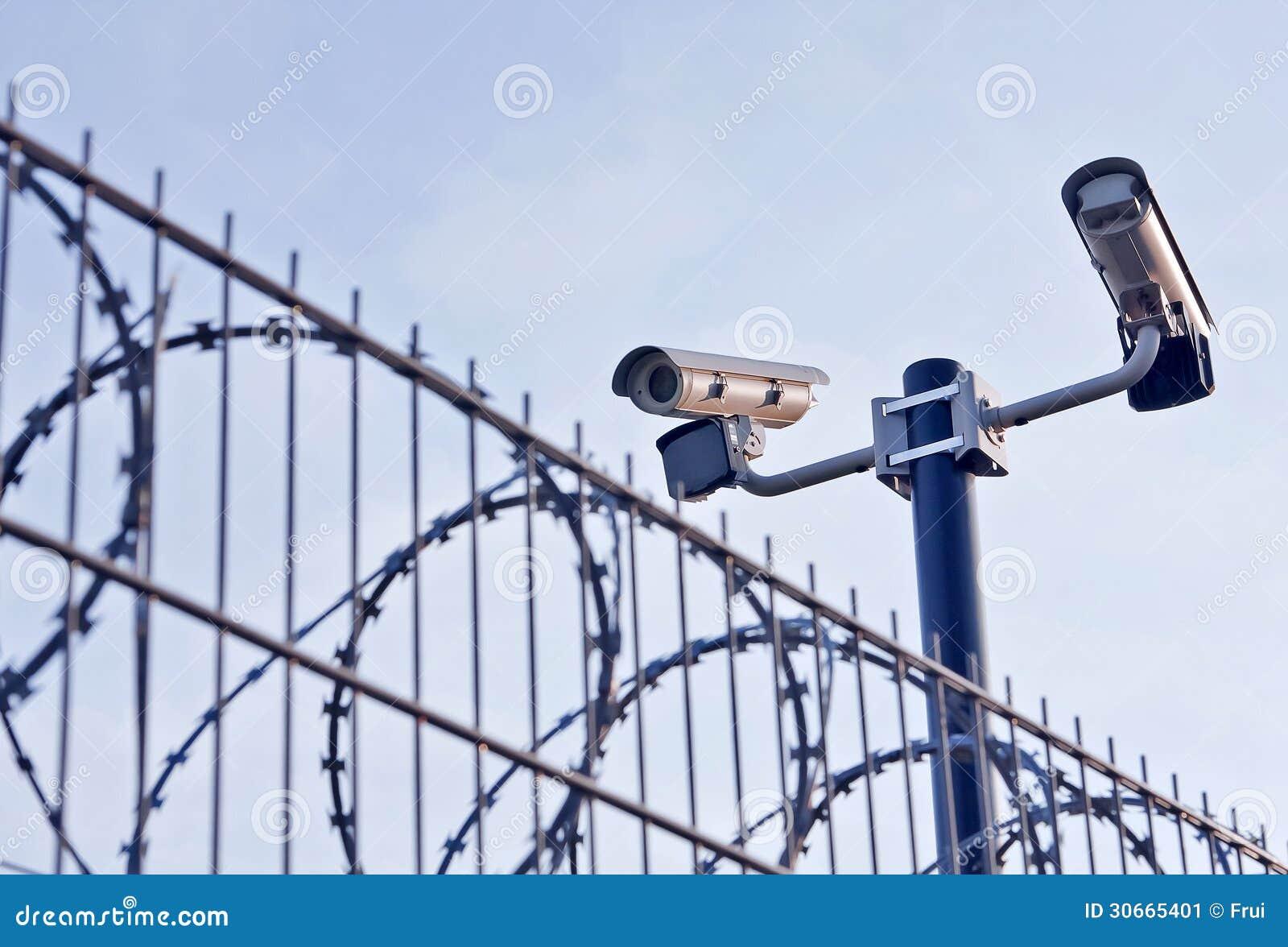 Videocamere Di Sicurezza Sopra Il Recinto Immagine Stock ...