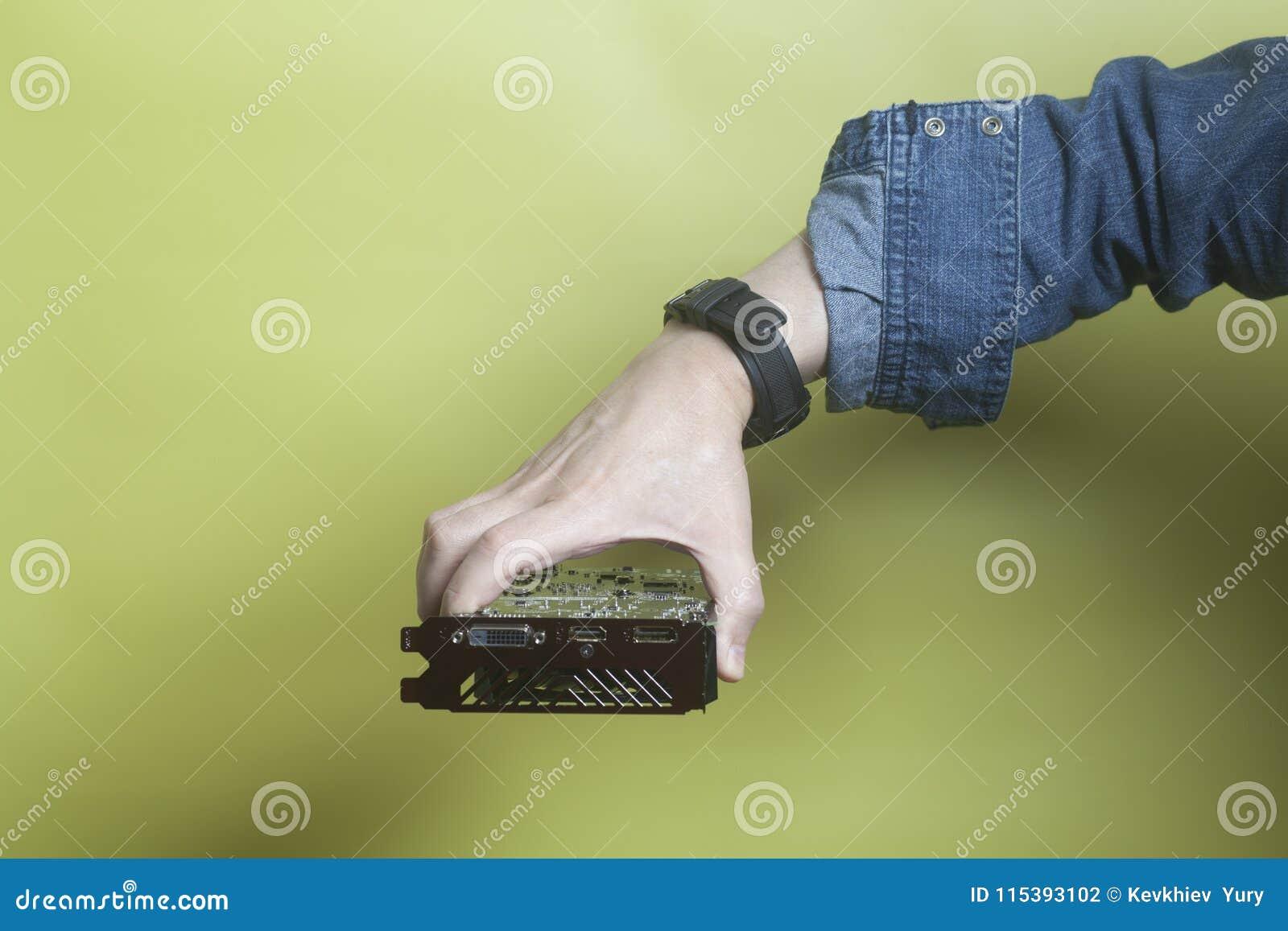 Videocard graphique tenant la main