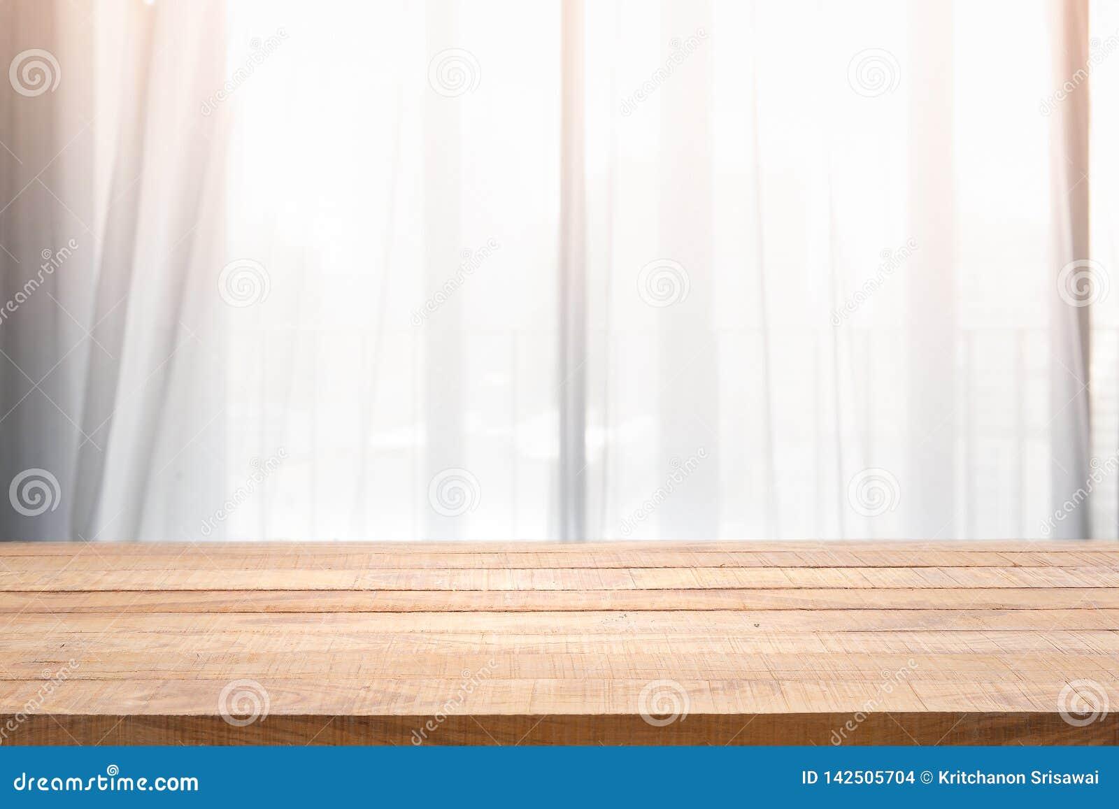 Videz de la table en bois avec la tache floue de la fenêtre et de l oreiller de rideau dans le salon avec la lumière du soleil