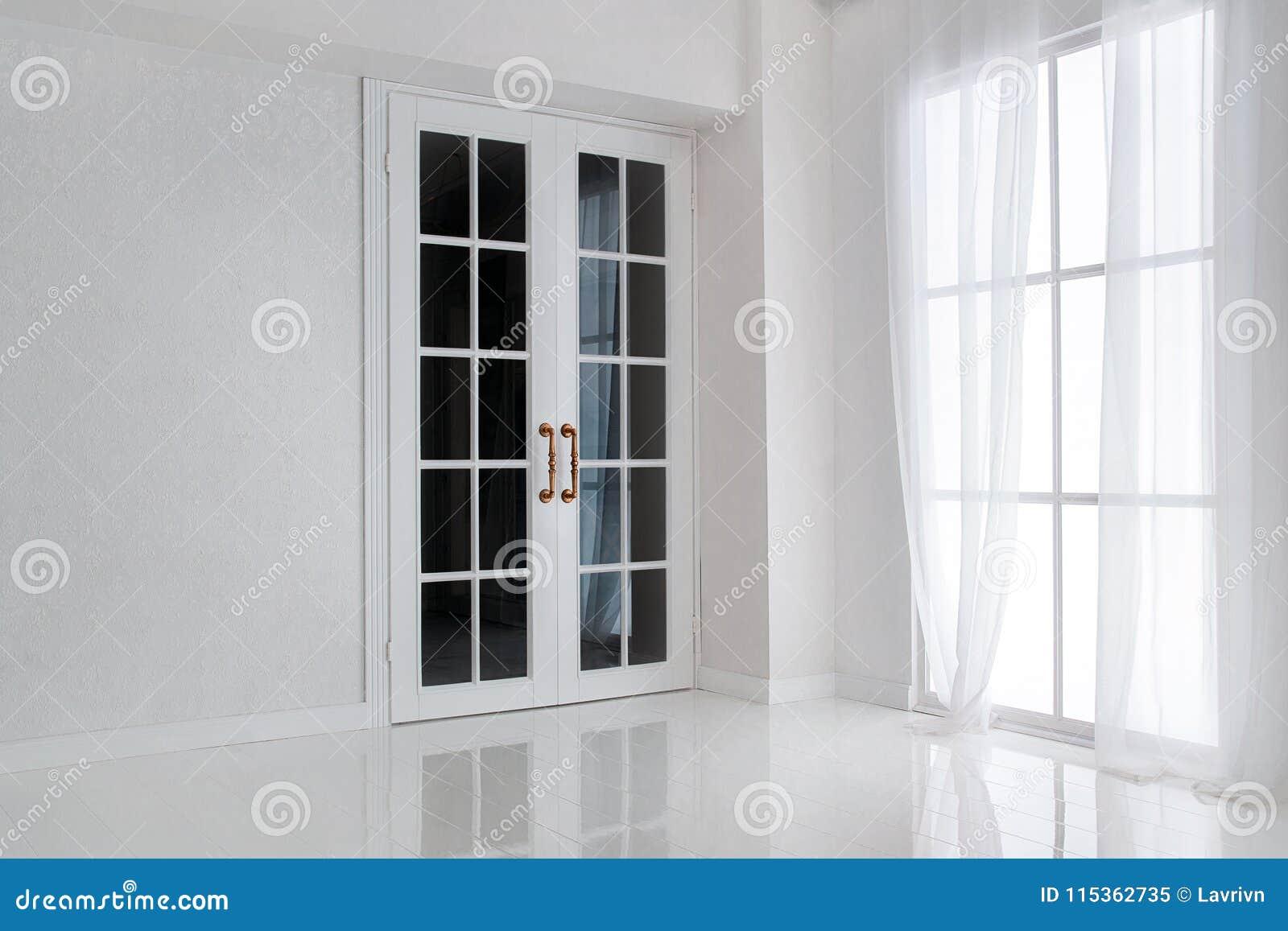 Videz La Pièce Blanche Avec La Grande Fenêtre Et La Porte Française