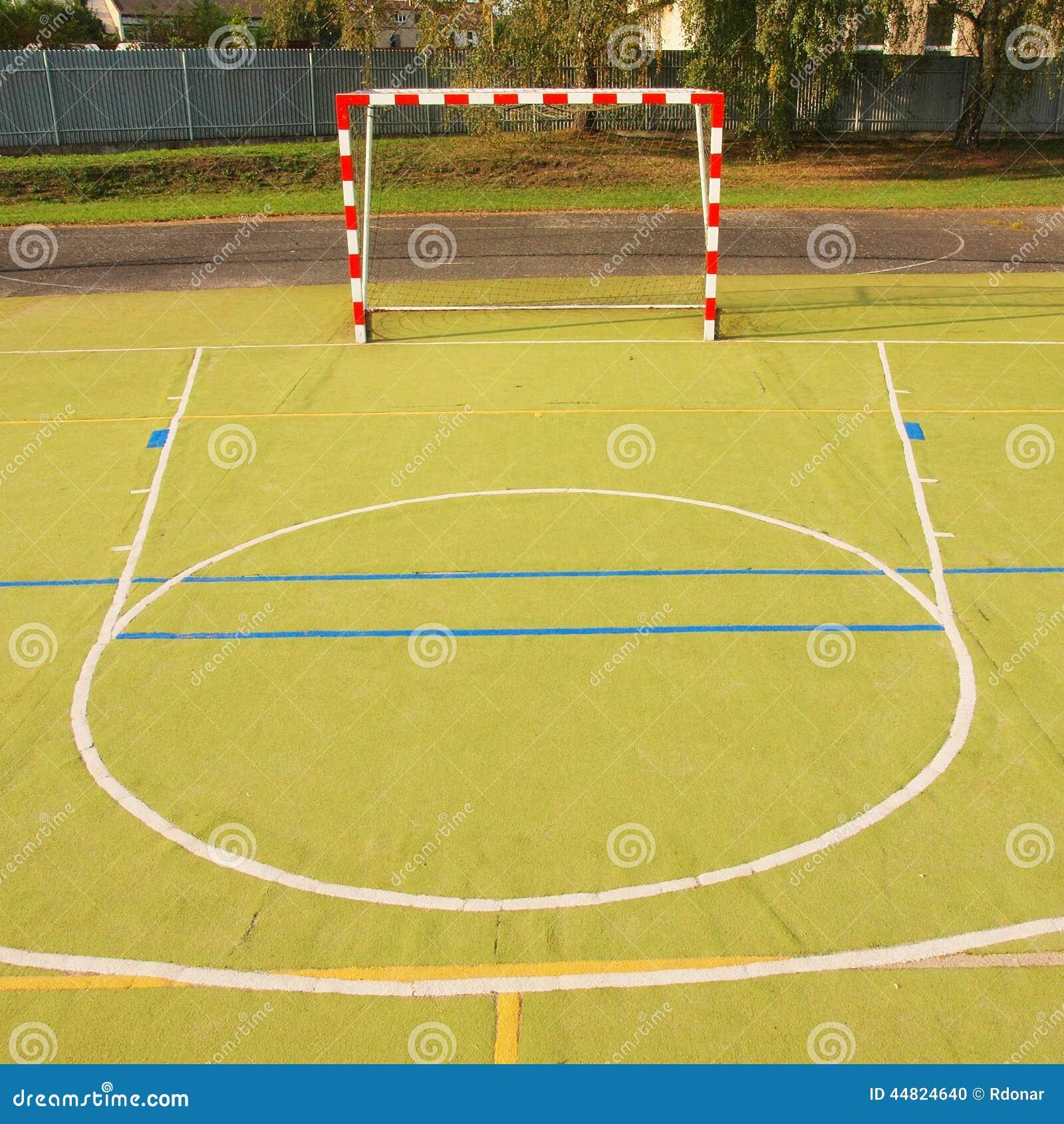 videz le terrain de jeu ext rieur de handball surface vert clair en plastique sur la terre. Black Bedroom Furniture Sets. Home Design Ideas