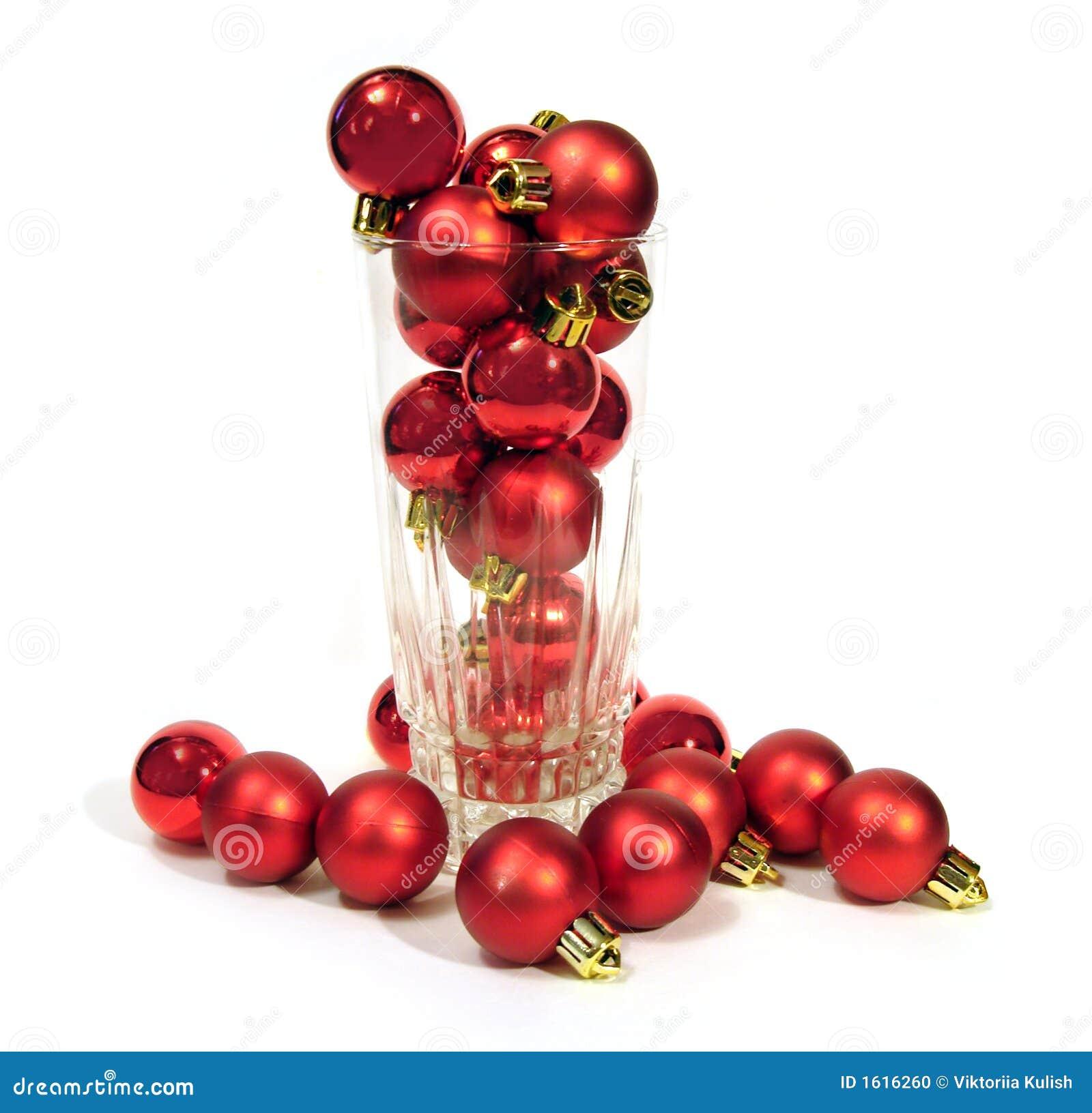 Vidrio con las bolas rojas de la navidad sobre el fondo - Bolas de navidad rojas ...
