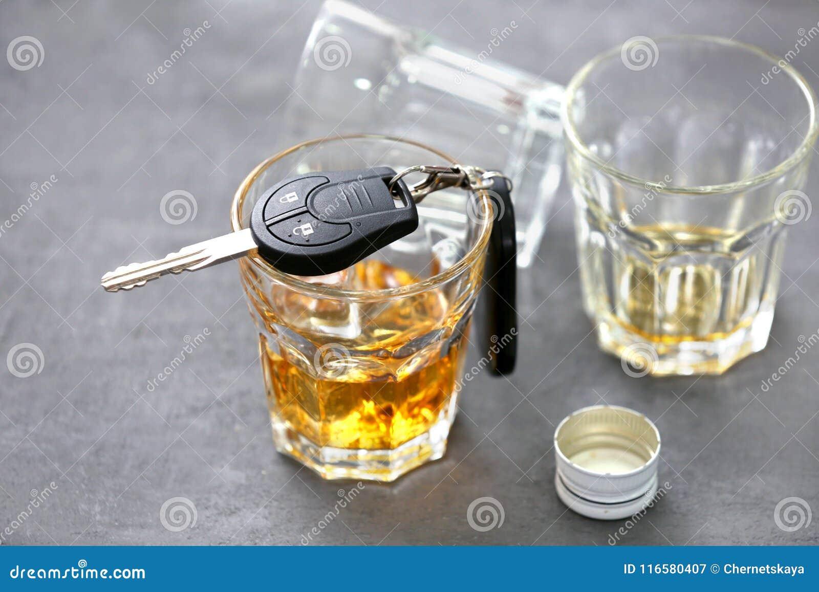 Vidrio con llaves del alcohol y del coche