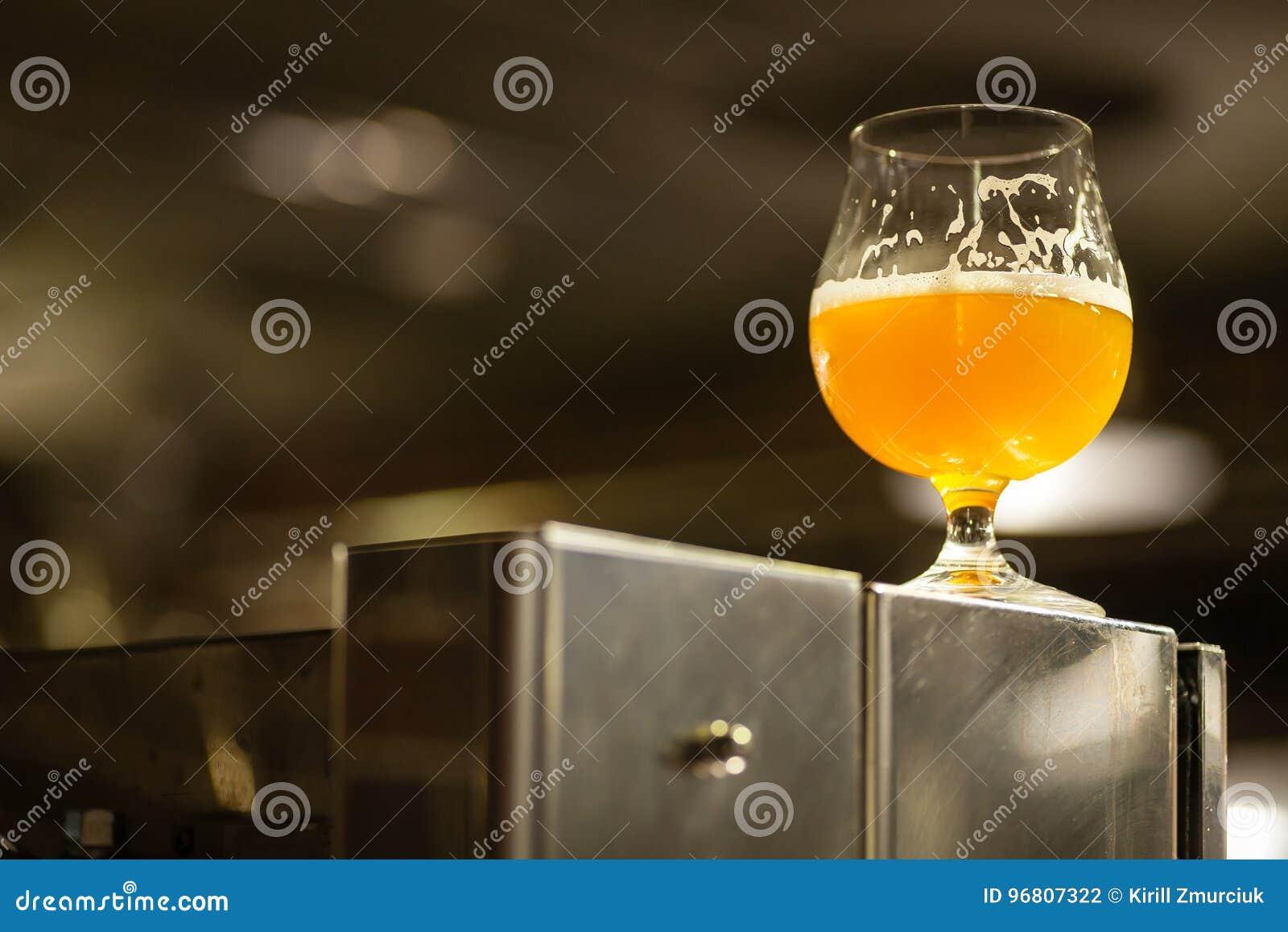 Vidrio de cerveza clara en una cervecería