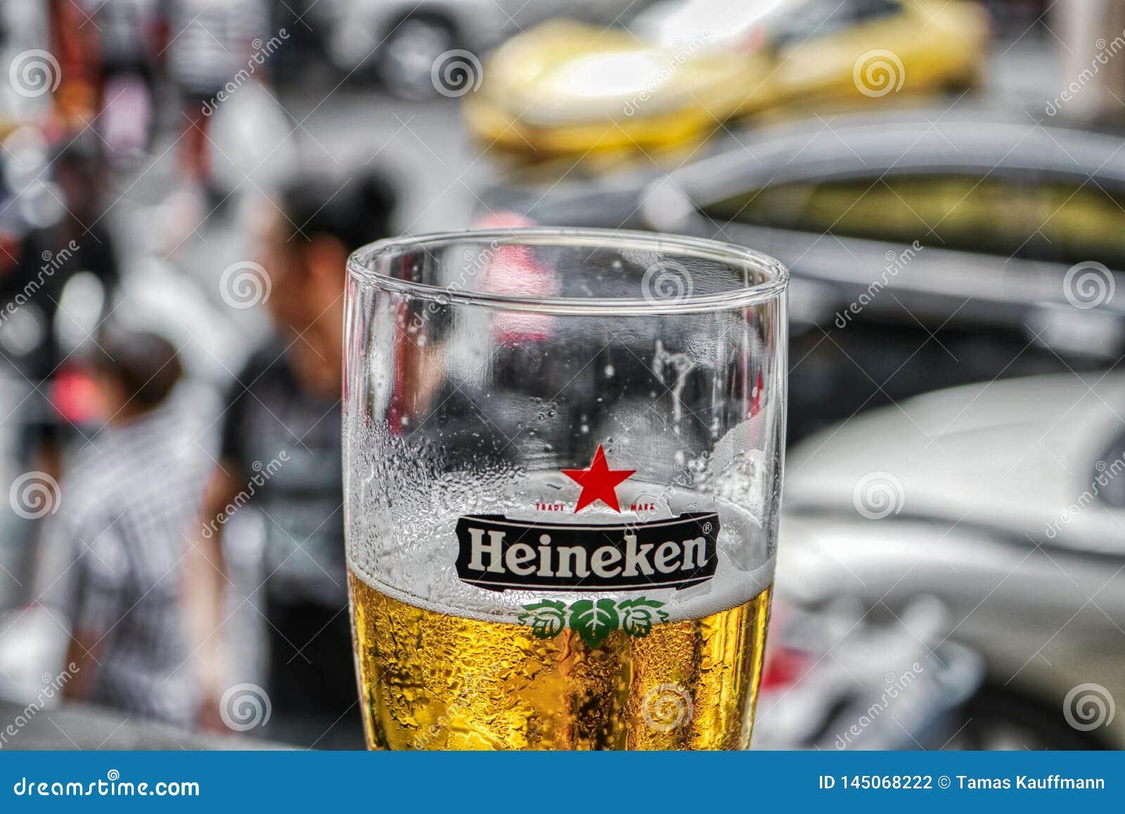 Vidrio de cerveza con las perlas llenadas de la cerveza y del agua sobre el vidrio