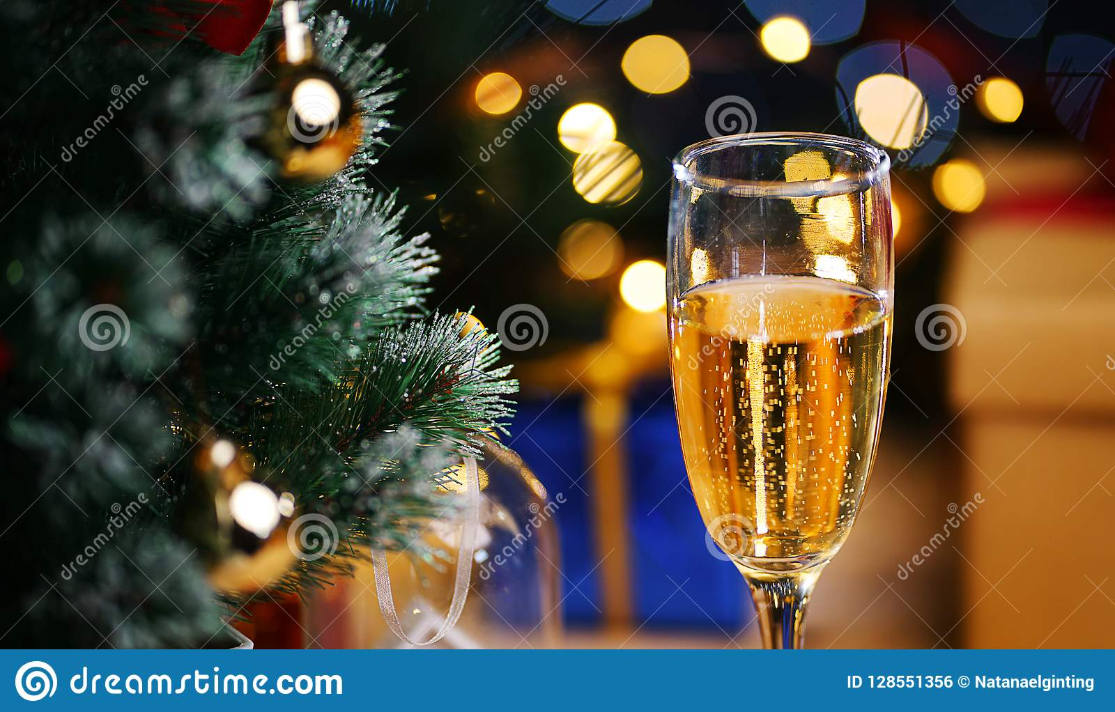 Vidrio de Champagne Beside Christmas Tree Ciérrese encima de tiro