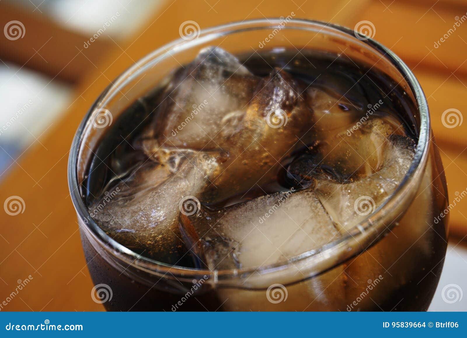 Vidrio de Coca-Cola con hielo