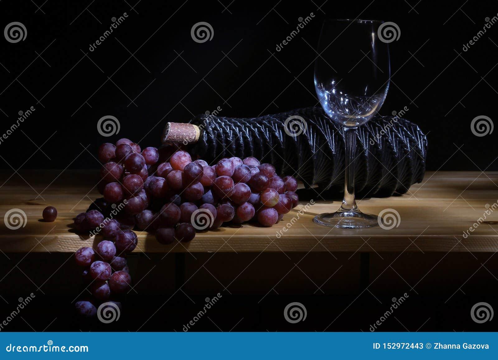 Vidrio de la uva y botella de vino