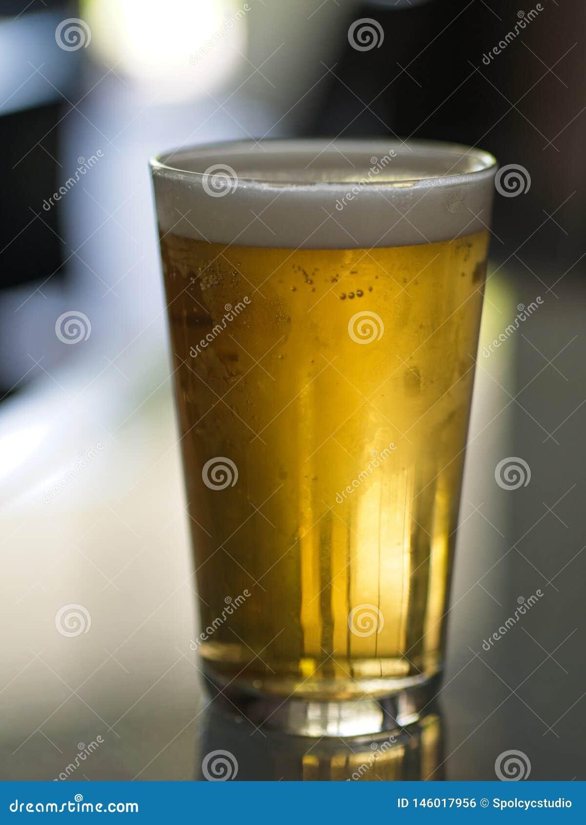 Vidrio de Lager Beer frío en una tabla