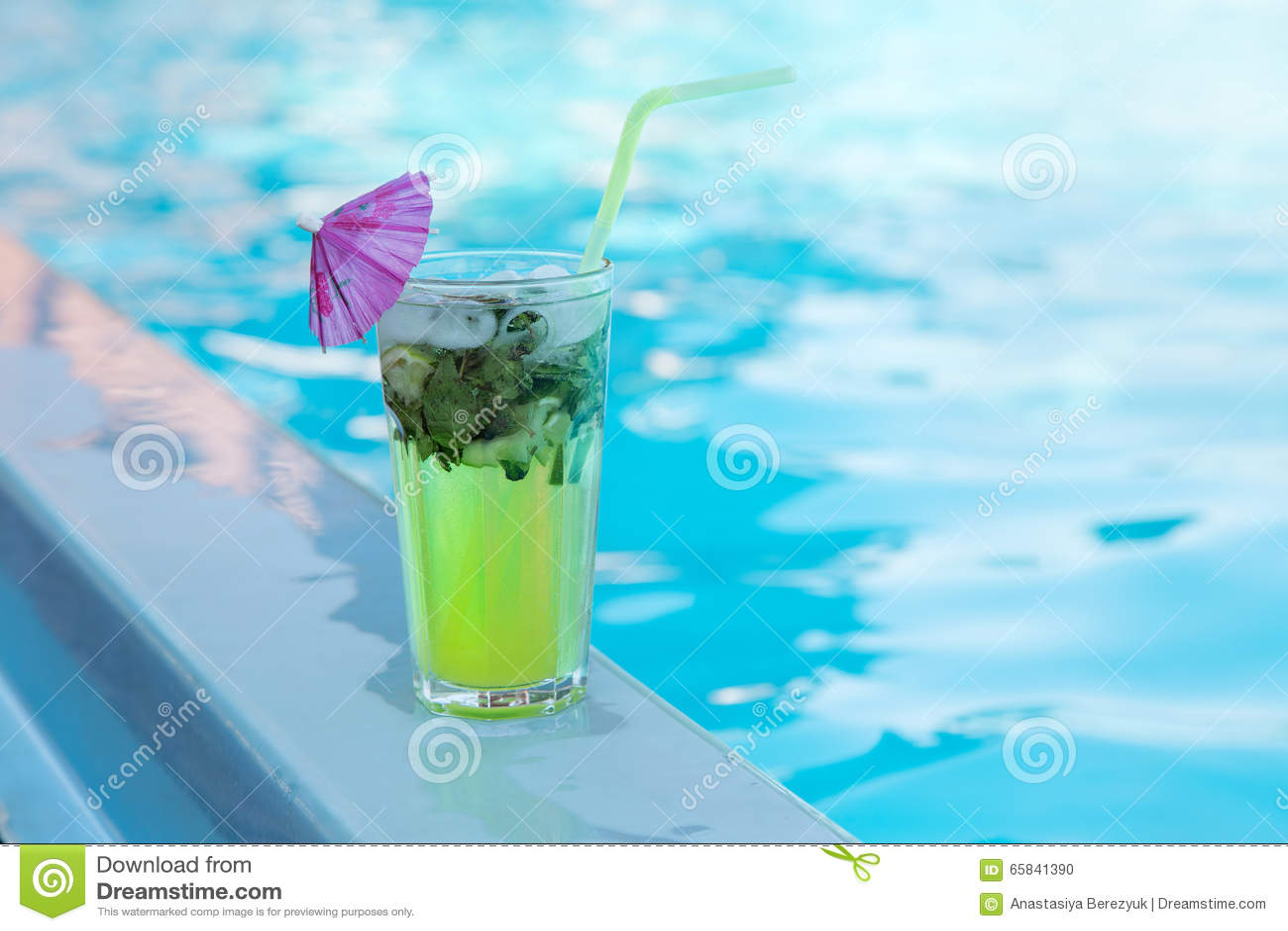 Vidrio de Mahito cerca de la piscina