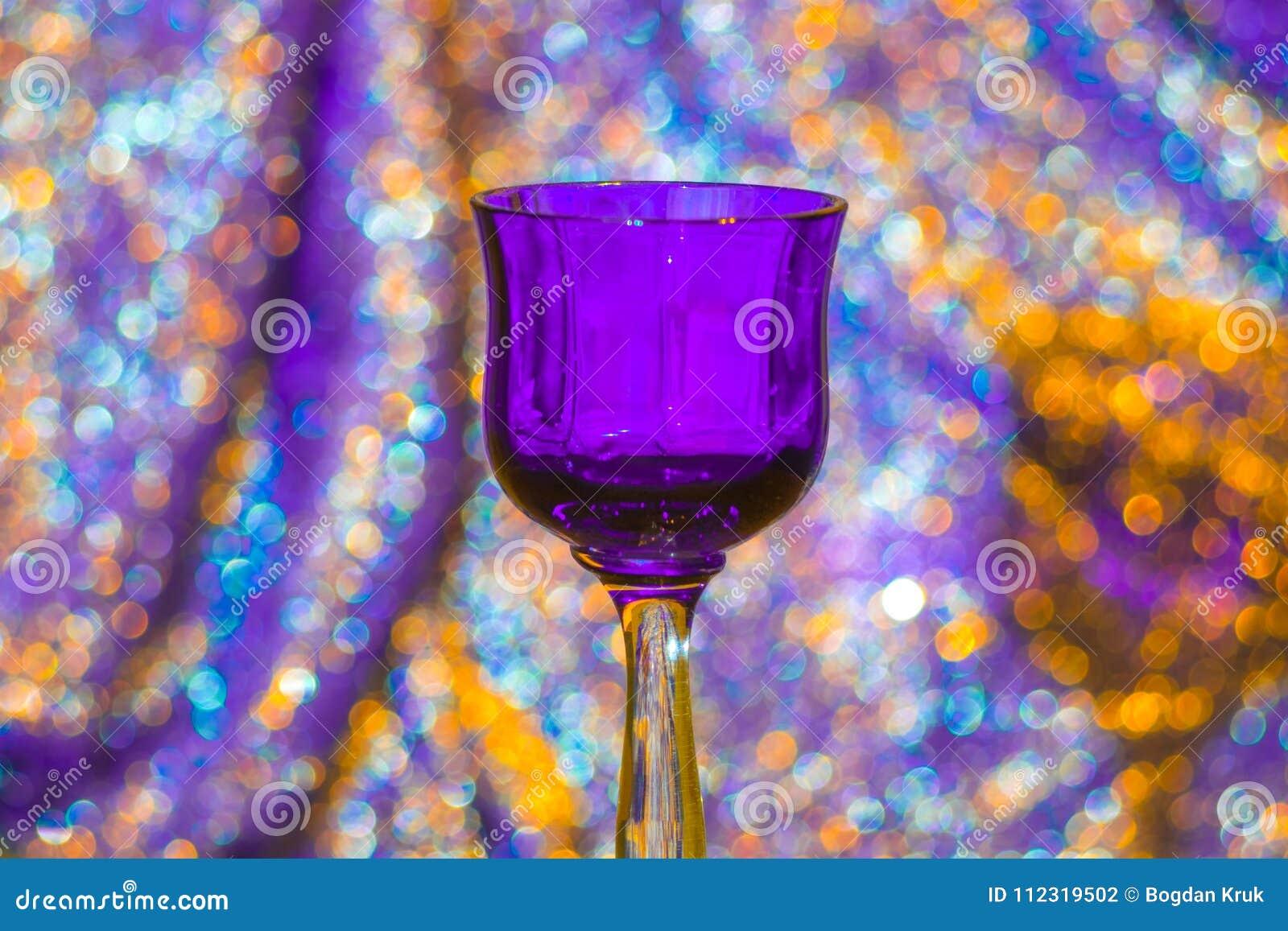 Vidrio de vino violeta