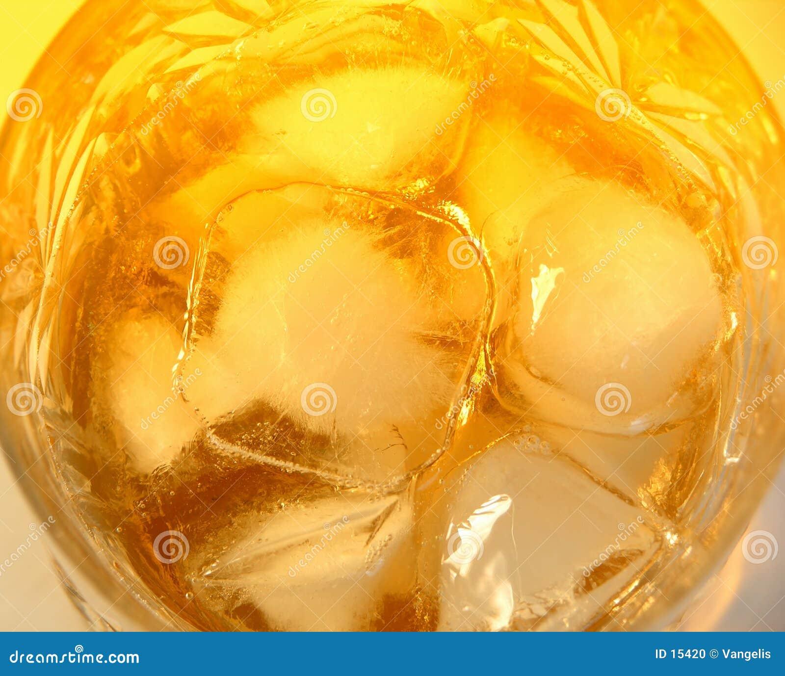 Vidrio de whisky con las rocas