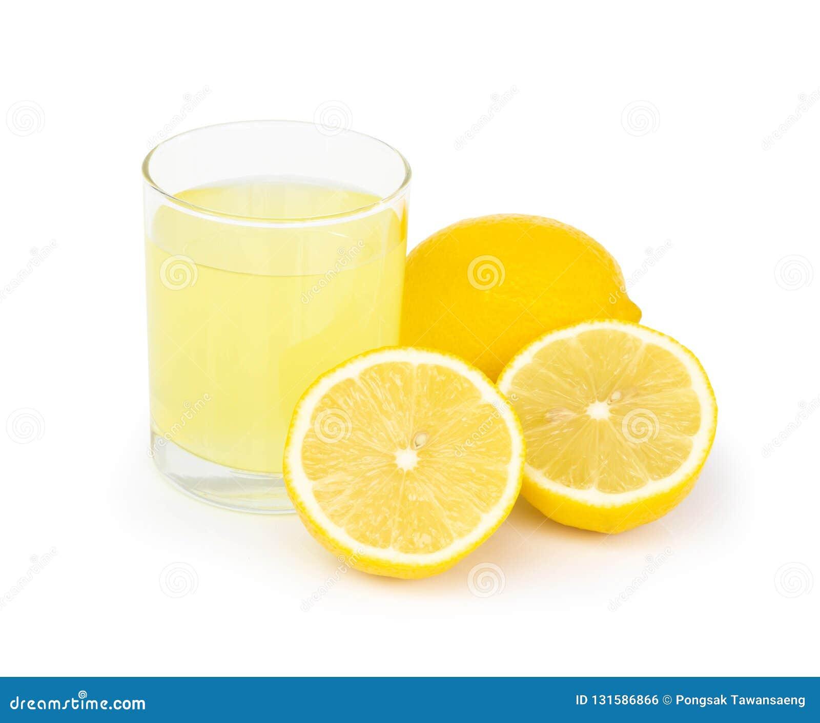 Vidrio del primer de la bebida del jugo de limón aislada en el fondo blanco, concepto heathy de la comida
