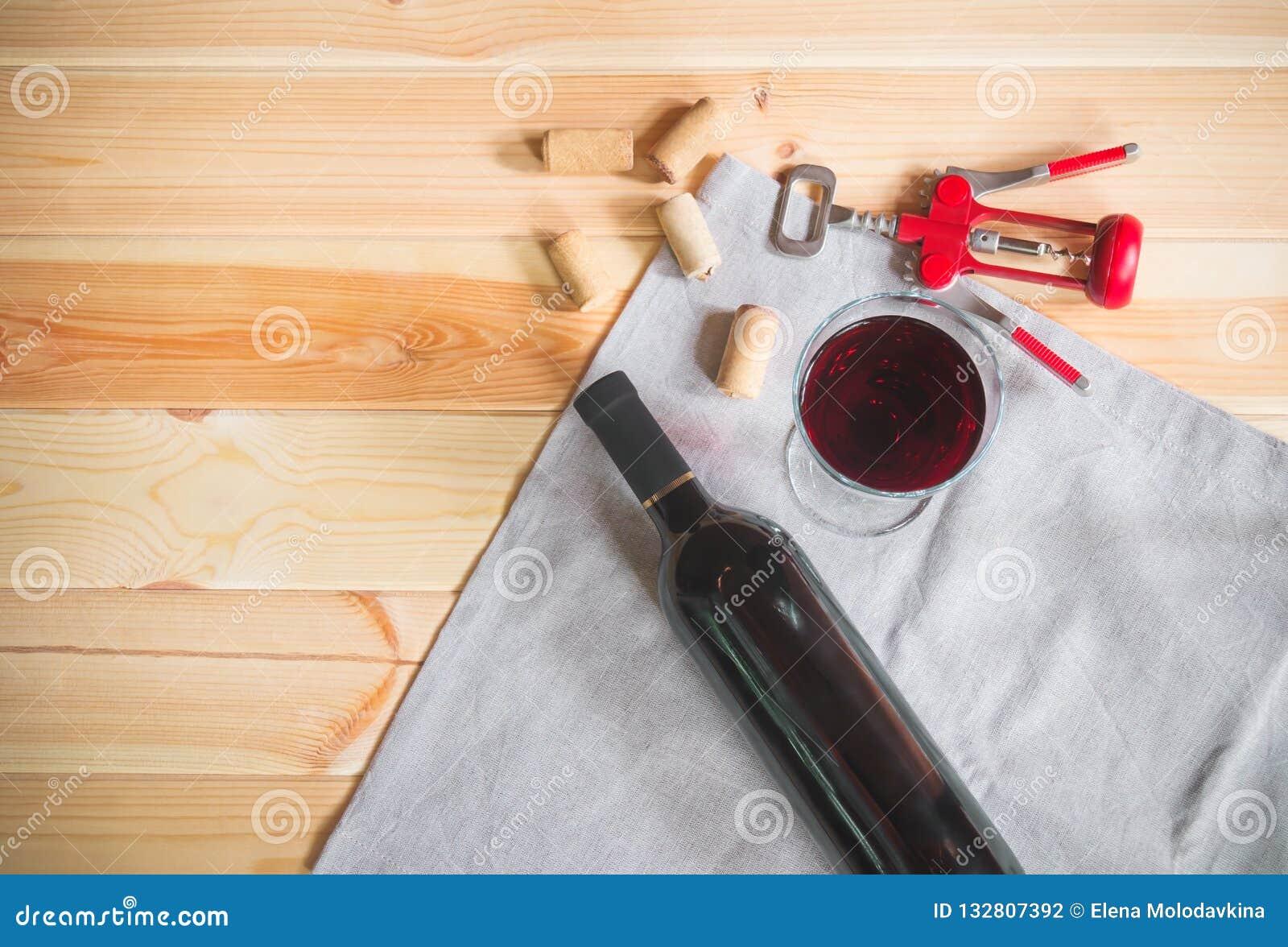 Vidrio del vino tinto, botella de vino, de corchos del vino y de sacacorchos